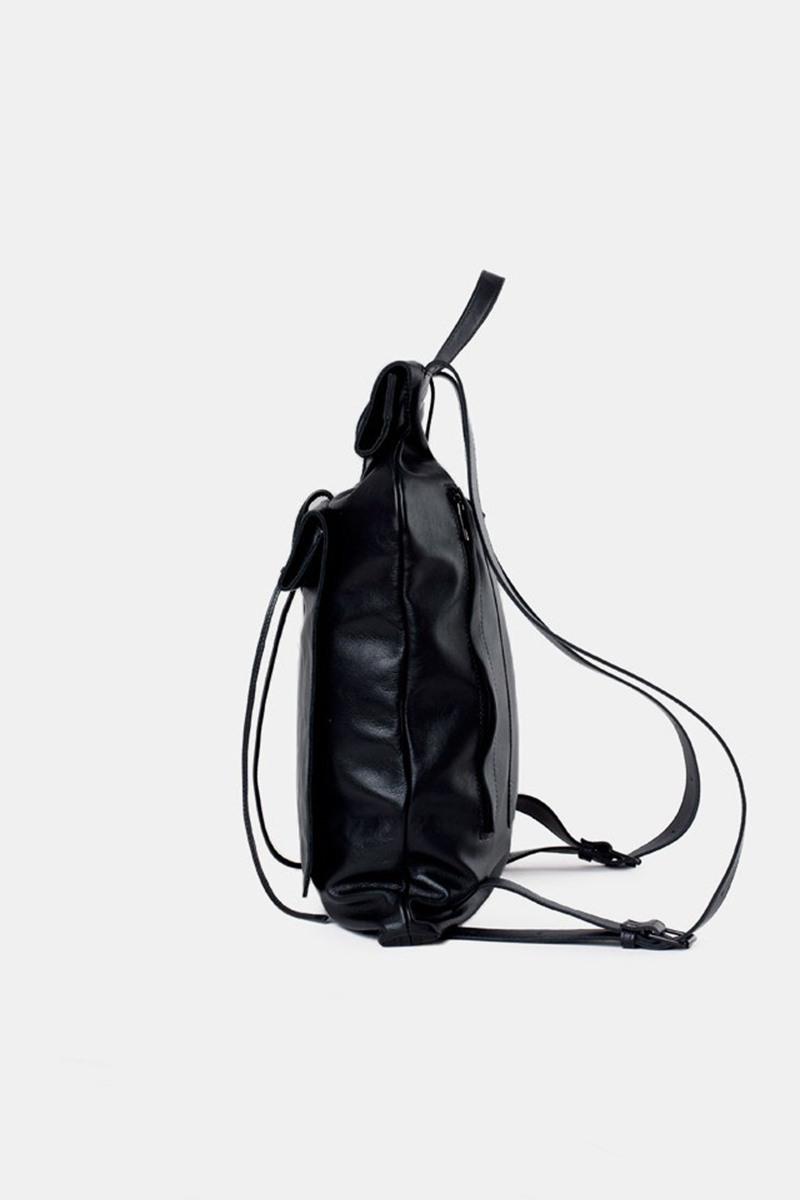 Рюкзак среднего размераГородской рюкзак прямоугольной формы из кожи&#13;<br>&#13;<br>&#13;<br>лямки на регуляторах&#13;<br>&#13;<br>тканевая подкладка&#13;<br>&#13;<br>закрывается на кнопки и хлястик&#13;<br>&#13;<br>внешний накладной карман на хлястике&#13;<br>&#13;<br>на задней поверхности рюкзака дополнительный доступ в основной отсек через молнию и потайной карман на молнии&#13;<br>&#13;<br>размеры: S (44х33 см, ширина горла 26 см), M (46х36 см, ширина горла 30 см), L (50х37 см, ширина горла 33 см)<br><br>Цвет: Черный<br>Размер: S, M