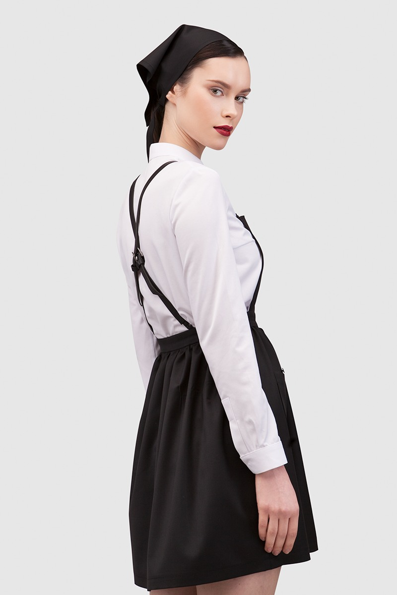 КомплектПлатье-сарафан приталенного силуэта со свободной юбкой и нагрудником спереди&#13;<br>&#13;<br>&#13;<br>cъемные кожаные бретельки на резинке, наличие резинки обеспечивает свободу вашим движениям&#13;<br>&#13;<br>накладные боковые карманы&#13;<br>&#13;<br>объем по талии можно регулировать с помощью пуговиц - от 60 см (min) до 68 см (max) в размере S&#13;<br>&#13;<br>длина юбки размер S (от талии до низа изделия): 48 см&#13;<br>&#13;<br>платье рассчитано на рост: 160-176 см&#13;<br>&#13;<br>&#13;<br>В данный комплект входит белая рубашка и косынка<br><br>Цвет: Черный<br>Размер: M, L, XS, S