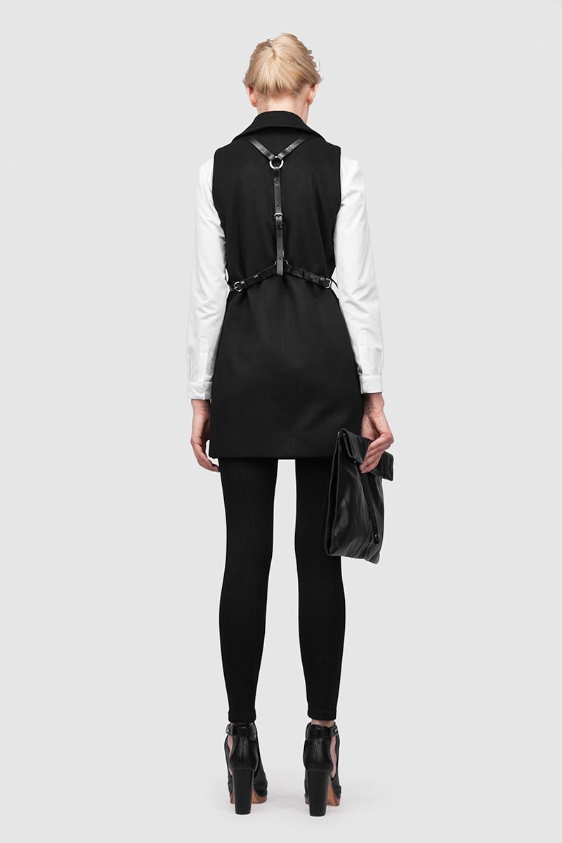 ЖилетЛегкий удлиненный жилет с английским воротником и портупеей из ремневой кожи&#13;<br>&#13;<br>&#13;<br>портупею можно носить отдельно&#13;<br>&#13;<br>вместительные карманы с кожаной окантовкой&#13;<br>&#13;<br>одинаково хорошо сочетается с разным стилем одежды&#13;<br>&#13;<br>пояс в комплекте&#13;<br>&#13;<br>кожаные элементы (стойка, шлевка, отделка карманов)&#13;<br>&#13;<br>длина изделия - 80 см&#13;<br>на модели представлен жилет с ростовкой 164-170, у модели рост 176 см.<br><br>Цвет: Черный<br>Размер: XS, S, M, L<br>Ростовка: 152 - 158, 158 -164, 164 -170, 170 -176, 176 -182