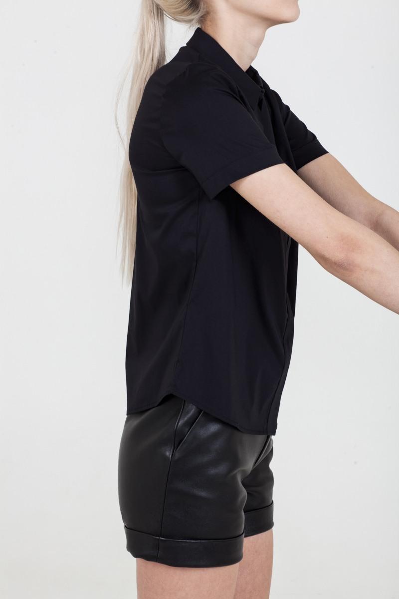 РубашкаРубашка прямого силуэта из смесового хлопка&#13;<br>&#13;<br>&#13;<br>застегивается на пуговицы&#13;<br>&#13;<br>рукава 1/4&#13;<br>&#13;<br>длина рубашки по спинке - 63 см<br><br>Цвет: Черный<br>Размер: XXS, XS, S, M