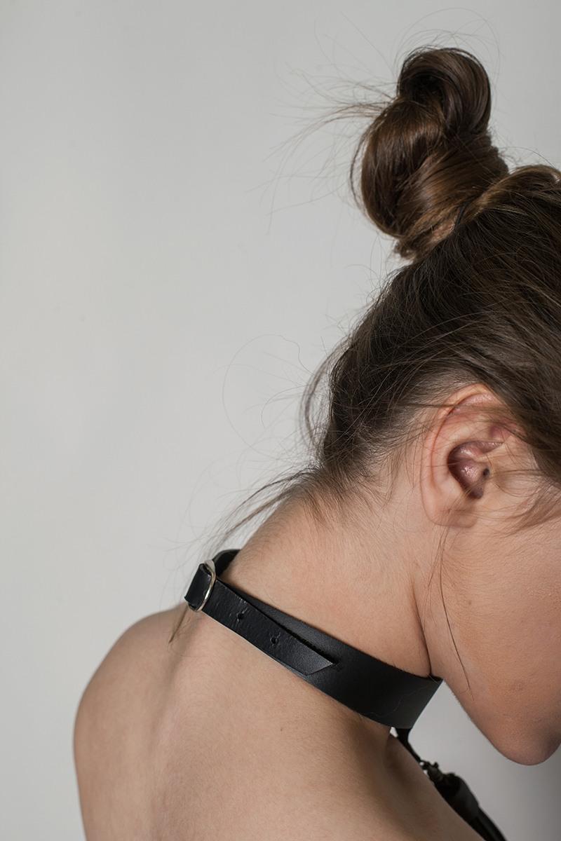 Украшение на шеюУкрашение на шею из плотной ремневой кожи&#13;<br>&#13;<br>&#13;<br>полностью регулируемый по обхвату&#13;<br>&#13;<br>в комплекте изящная кисточка&#13;<br>&#13;<br>эксклюзивная, фирменная, металлическая упаковка<br><br>Цвет: Черный, Красный