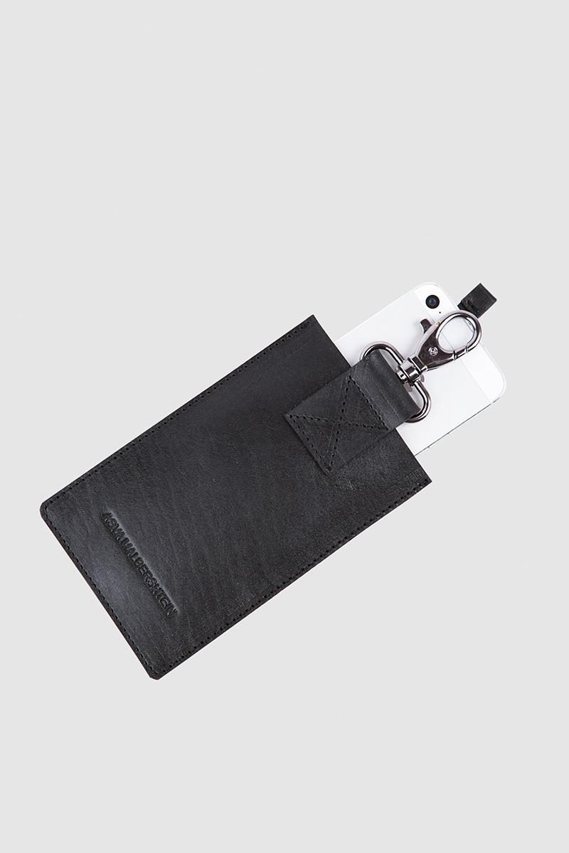 Чехол для телефонаЧехол для телефона на карабине из плотной ремновой кожи&#13;<br>- В чехол помещается iPhone 4, 4s, 5 или телефон другой марки размерами 6х12х0.8 см.&#13;<br>- Чехол с удобным карабином.&#13;<br>- Является дополнительным аксессуаром к мужским портупеям из этого же раздела.&#13;<br>- Незаменимая вещь для тех, кто не расcтаётся со своим телефоном.&#13;<br>- Специальная лента для быстрого извлечения телефона из чехла.&#13;<br>- Унисекс.<br><br>Цвет: Черный