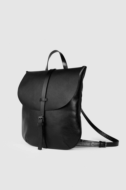Рюкзак среднего размераРюкзак овальной формы из плотной ремневой кожи&#13;<br>&#13;<br>&#13;<br>унисекс&#13;<br>&#13;<br>рюкзак можно носить как портфель или рюкзак&#13;<br>&#13;<br>выполнен из двух видов чёрной кожи: мягкой и очень плотной ременной кожи&#13;<br>&#13;<br>закрывается на крышку&#13;<br>&#13;<br>на задней стенке карман на молнии&#13;<br>&#13;<br>внутри водонепроницаемая подкладка&#13;<br>&#13;<br>лямки на регуляторах&#13;<br>&#13;<br>фурнитура серебряного цвета&#13;<br>&#13;<br>размер 33х37&#13;<br>&#13;<br>идеально помещается MacBook 13<br><br>Цвет: Черный