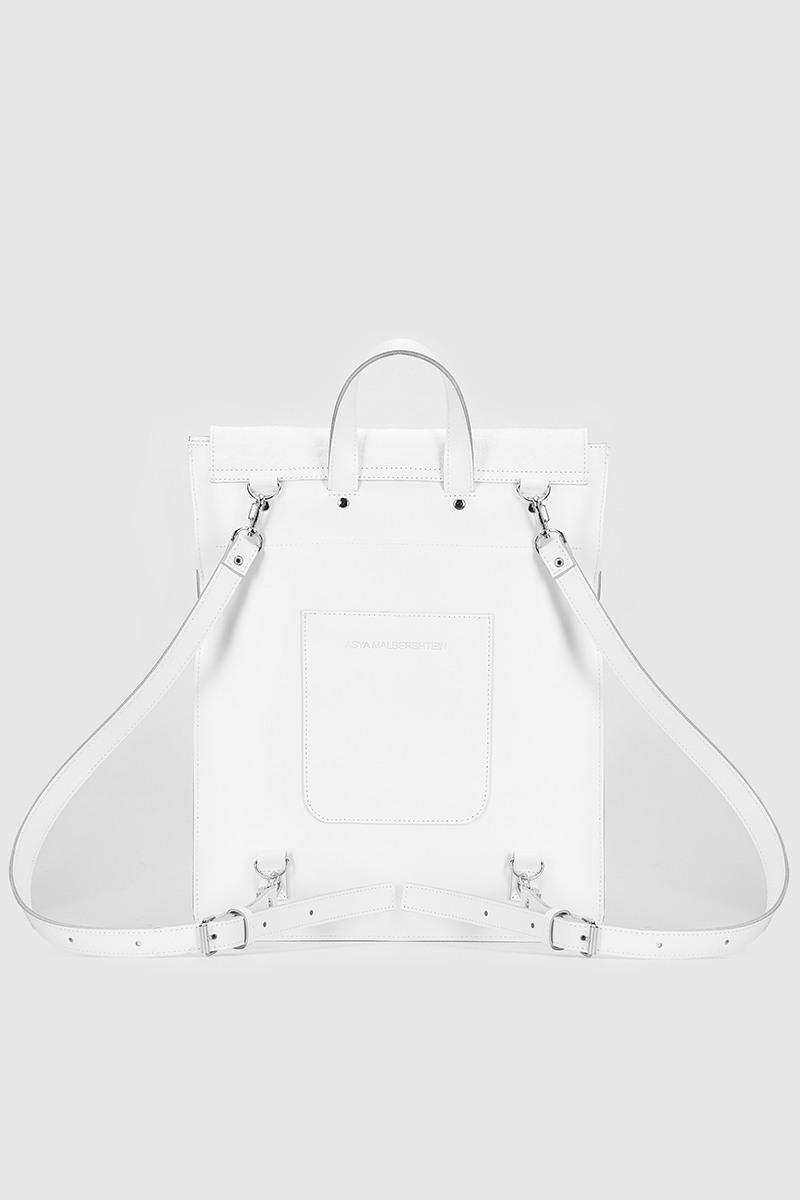 Плоский рюкзакCумка-рюкзак прямоугольной формы из тисненной кожи&#13;<br>&#13;<br>&#13;<br>унисекс&#13;<br>&#13;<br>сумку можно носить как портфель, и как рюкзак.&#13;<br>&#13;<br>выполнен из трех видов кожи&#13;<br>&#13;<br>закрывается на крышку&#13;<br>&#13;<br>два отделения&#13;<br>&#13;<br>на задней стенке карман на молнии&#13;<br>&#13;<br>лямки на регуляторах&#13;<br>&#13;<br>размер: 35х29х6 см<br><br>Цвет: Белый крокодил, Чёрный крокодил