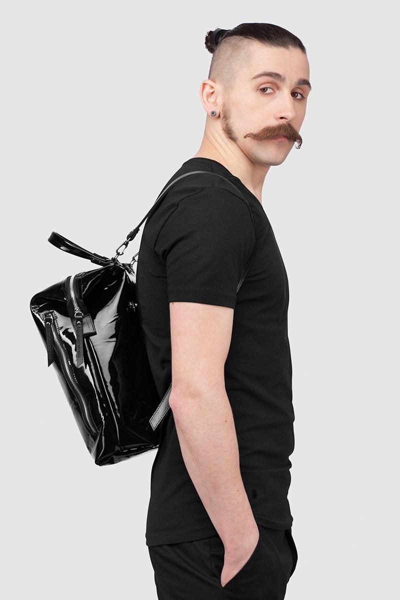 РюкзакРюкзак-трансформер&#13;<br>&#13;<br>&#13;<br>яркая вместительная сумка-рюкзак прямоугольной формы, выполнена из черной лаковой кожи, идеальной для влажного и сырого климата, рюкзак не боится дождя.&#13;<br>&#13;<br>если перестегнуть лямки и загнуть крышку, он превращается в сумку через плечо.&#13;<br>&#13;<br>унисекс&#13;<br>&#13;<br>держит форму&#13;<br>&#13;<br>большое основное отделение&#13;<br>&#13;<br>на задней и передней стенке рюкзака карманы на молнии&#13;<br>&#13;<br>внутренний карман для документов&#13;<br>&#13;<br>лямки на регуляторах из ремневой кожи&#13;<br>&#13;<br>защита нижних кантов от износа двойным дном&#13;<br>&#13;<br>тканная подкладка&#13;<br>&#13;<br>размеры: 32х36х10 см, идеально поместится MacBook 13<br><br>Цвет: Черный, Бежевый глянец