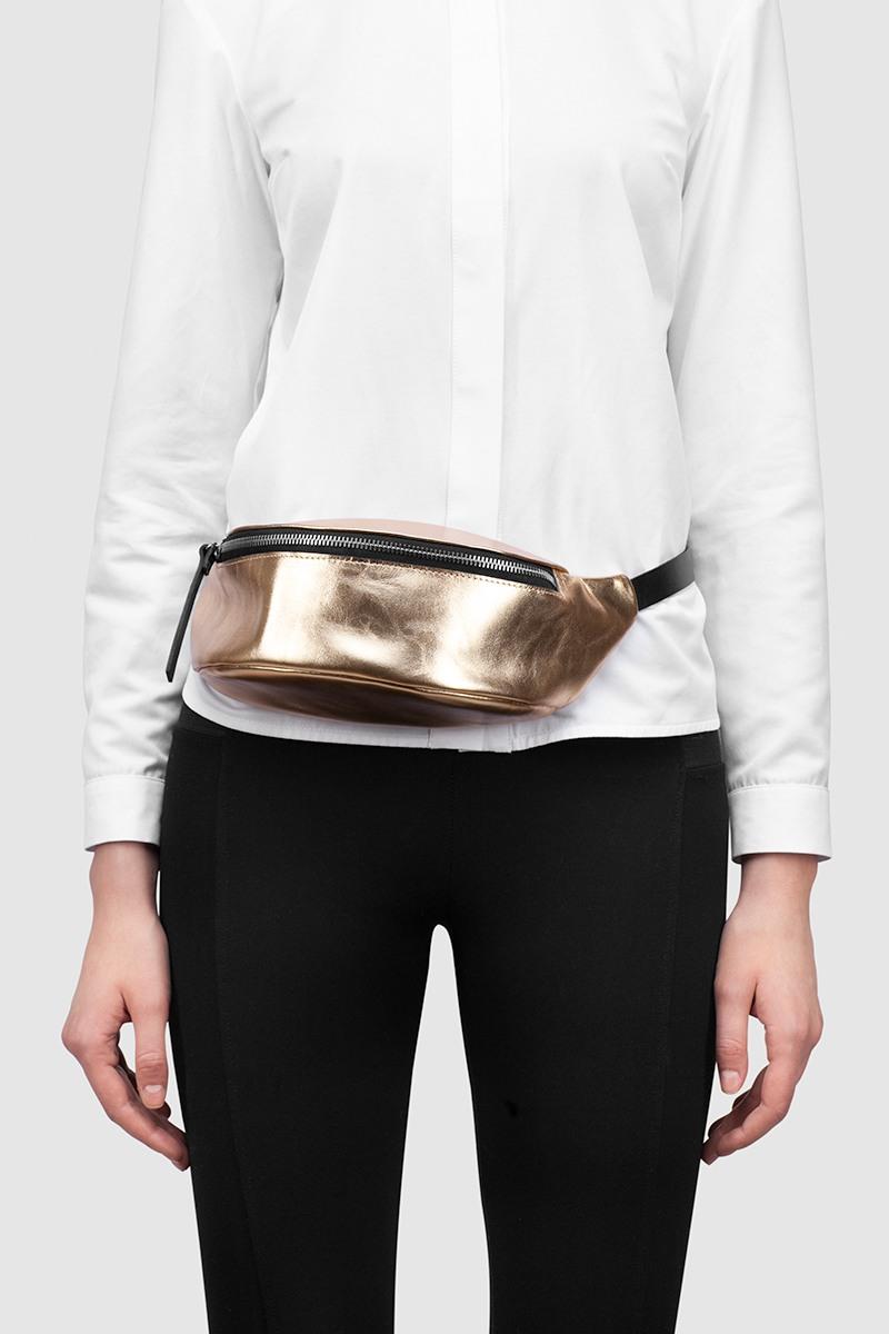 Сумка на поясНебольшая поясная сумка из металлизированной кожи с полукруглыми краями&#13;<br>&#13;<br>&#13;<br>закрывается на молнию&#13;<br>&#13;<br>размер 30х14х10 см max&#13;<br>&#13;<br>можно носить как сумку на плечо, и как пояс на талии и бедрах&#13;<br>&#13;<br>длина ремня регулируется, максимальная длина в обхвате - 105 см, минимальная - 60 см<br><br>Цвет: Серебро