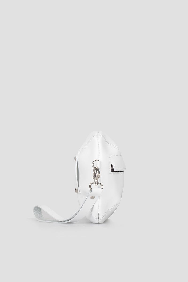 Сумка на поясСумка-клатч и поясная сумка на молнии из плотной кожи&#13;<br>&#13;<br>&#13;<br>к сумке прилагается ремень на пояс и отстегивающийся ремешок на запястье&#13;<br>&#13;<br>клатч можно носить как самостоятельно, так и в комплекте с поясом или бандажом&#13;<br>&#13;<br>размер сумки: 20х15 см<br><br>Цвет: Белый, Черный