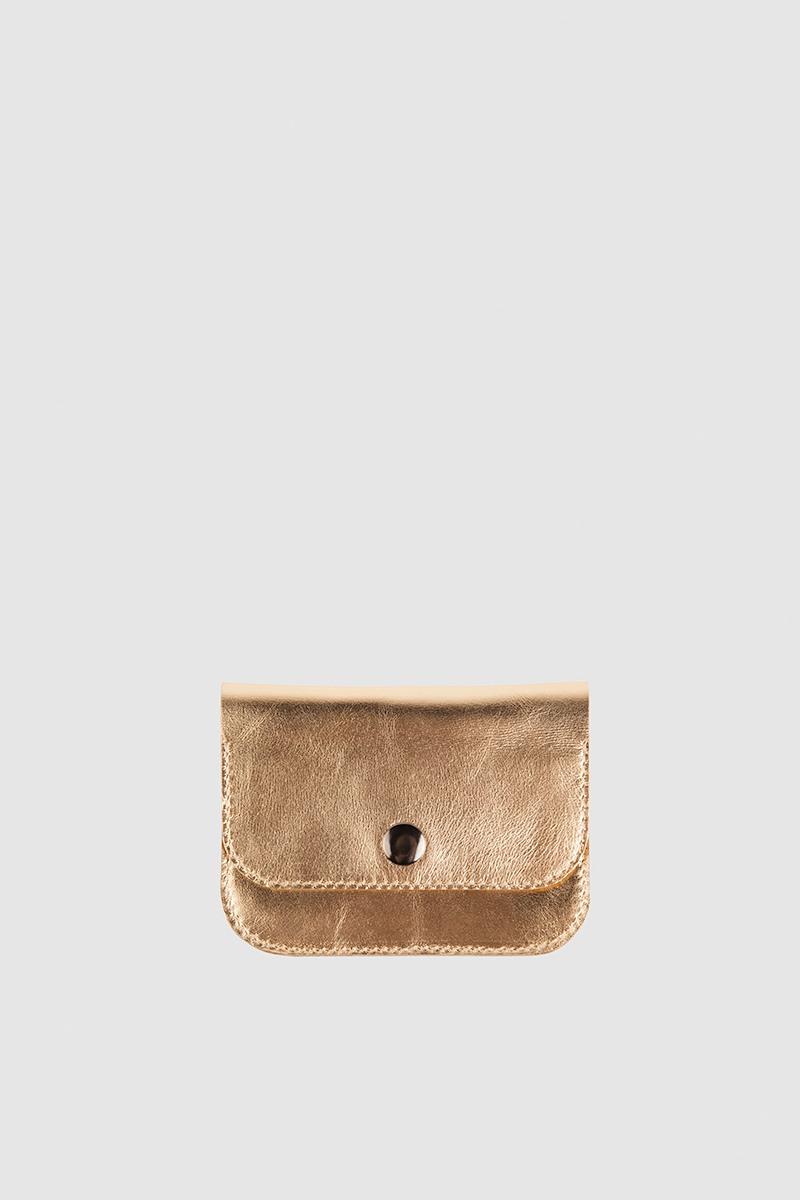 КошелекМиниатюрный кошелек&#13;<br>&#13;<br>&#13;<br>два отделения: для мелочи и бумажных купюр&#13;<br>&#13;<br>закрывается на металлическую кнопку&#13;<br>&#13;<br>на задней стенке имеется карман под визитки/карты&#13;<br>&#13;<br>11,5 х 9,5 см<br><br>Цвет: Черный, Белый, Коричневый, Красный, Серебро, Чёрный крокодил, Терракот, Бежевый, Красный глянец, Капучино