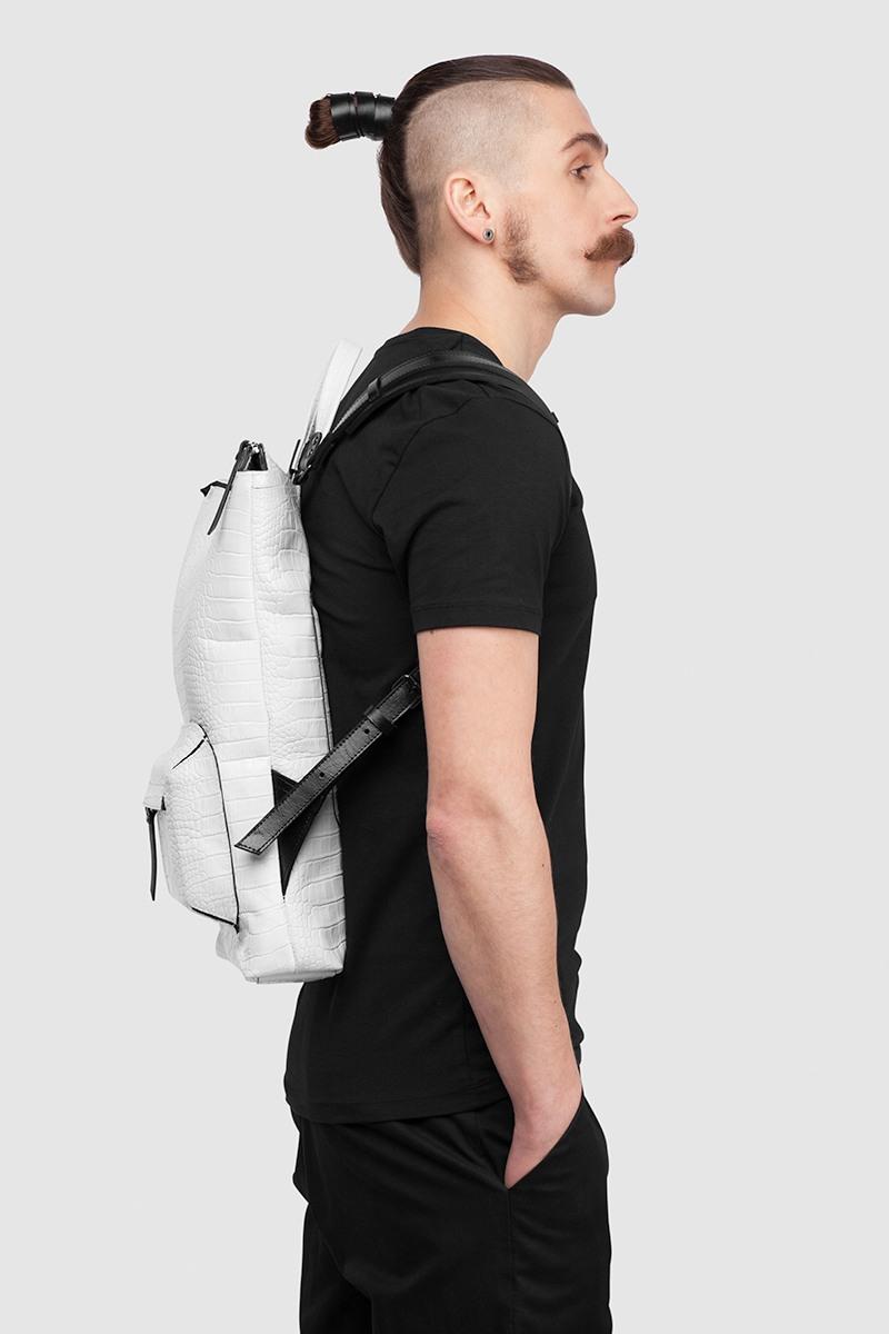 Плоский рюкзак в двух размерах S, MГородская вместительная сумка-рюкзак прямоугольной формы&#13;<br>&#13;<br>&#13;<br>большой накладной карман на молнии&#13;<br>&#13;<br>плотная фактурная кожа&#13;<br>&#13;<br>унисекс&#13;<br>&#13;<br>большое основное отделение&#13;<br>&#13;<br>спереди и сзади небольшие карманы на молнии&#13;<br>&#13;<br>лямки на регуляторах из ремневой кожи&#13;<br>&#13;<br>тканевая подкладка&#13;<br>&#13;<br>размеры: S — 41х30 см, M — 48х37 см, идеально поместится MacBook 13<br><br>Цвет: Чёрный крокодил, Белый крокодил<br>Размер: M, S