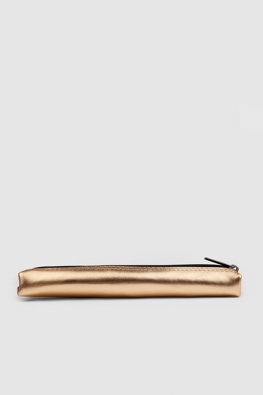 ПеналПенал-кейс на молнии из мягкой кожи с ручкой-петлей&#13;<br>&#13;<br>&#13;<br>размер 19,5 х 6,5 см&#13;<br>&#13;<br>внутри подкладка из хлопковой ткани&#13;<br>&#13;<br>наличие этого маленького аксессуара сохранит подкладку вашей сумки в целости и обеспечит порядок среди ручек и карандашей<br><br>Цвет: Белый, Золото , Черный, Красный, Серебро<br>Размер: XS