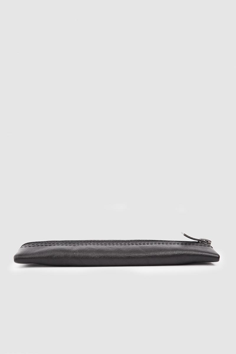 ПеналПенал-кейс на молнии из мягкой черной кожи с ручкой-петлей&#13;<br>&#13;<br>&#13;<br>размер 19,5 х 6,5 см&#13;<br>&#13;<br>внутри подкладка из хлопковой ткани&#13;<br>&#13;<br>наличие этого маленького аксессуара сохранит подкладку вашей сумки в целости и обеспечит порядок среди ручек и карандашей<br><br>Цвет: Черный<br>Размер: XS
