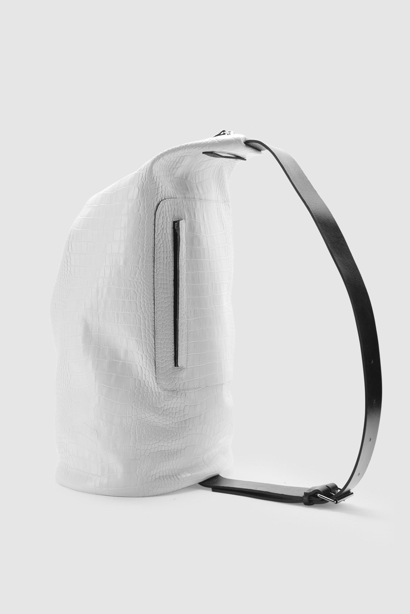 Сумка - РюкзакБольшая сумка-капсула на молнии&#13;<br>&#13;<br>&#13;<br>молния открывается с двух сторон&#13;<br>&#13;<br>ремешок регулируется по длине&#13;<br>&#13;<br>снаружи карман-отделение на молнии&#13;<br>&#13;<br>внутри карман на кнопке&#13;<br>&#13;<br>ремешок на пряжке&#13;<br>&#13;<br>высота: 55 см, диаметр овала дна: 27х22 см&#13;<br>&#13;<br>унисекс<br><br>Цвет: Белый крокодил, Чёрный крокодил