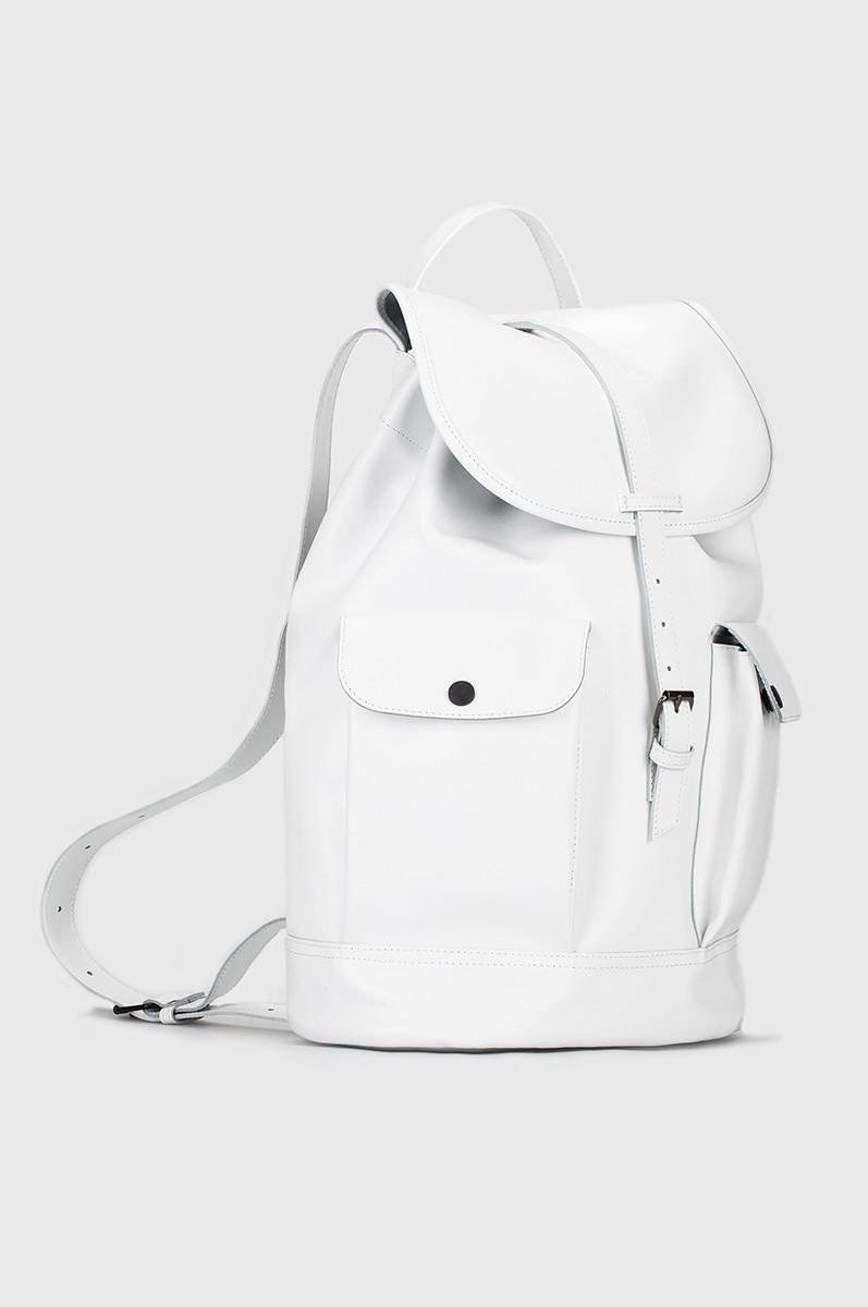 Объемный рюкзакКлассический рюкзак из мягкой кожи с овальным дном. Два объемных кармана на магнитах и один карман на молнии с тыльной стороны. На задней стенке рюкзака потайной вход на молнии в основное отделение. Клапан с пряжкой сверху и завязки по верхнему краю. Внутреннее отделение с тканевой подкладкой. Петля для подвешивания и регулируемые лямки. Прилагается чехол для хранения.&#13;<br>&#13;<br>Размеры рюкзака:&#13;<br>в размере S: высота 35 см, диаметр дна max 26х16 см&#13;<br>в размере M: высота 40 см, диаметр дна max 28х18 см&#13;<br>&#13;<br>Вес изделия:&#13;<br>730 грамм (рюкзак S)&#13;<br>1,1 кг (рюкзак М)<br><br>Цвет: Черный, Белый<br>Размер: S