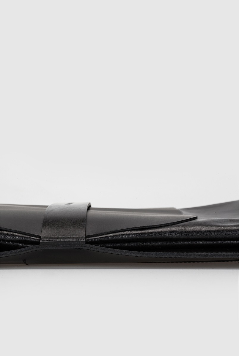 Плоский рюкзакCумка-рюкзак прямоугольной формы&#13;<br>&#13;<br>&#13;<br>унисекс&#13;<br>&#13;<br>сумку можно носить как портфель, и как рюкзак&#13;<br>&#13;<br>выполнен из трех видов черной кожи: ремневой, плотной матовой и гладкой тонкой&#13;<br>&#13;<br>закрывается на крышку&#13;<br>&#13;<br>два отделения&#13;<br>&#13;<br>на задней стенке карман на молнии&#13;<br>&#13;<br>лямки на регуляторах&#13;<br>&#13;<br>водонепроницаемая подкладка&#13;<br>&#13;<br>размер: 35х29х6 см<br><br>Цвет: Черный