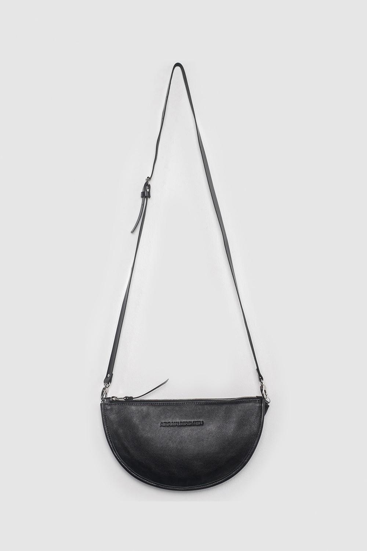 Сумка-КлатчМалая полукруглая сумка-клатч, с плотной ручкой из ремневой кожи.&#13;<br>&#13;<br>- Сумка застегивается на молнию.&#13;<br>&#13;<br>- Размер: 27х16 см.&#13;<br>&#13;<br>- Можно носить как сумку через плечо, и как клатч.&#13;<br>&#13;<br>- Длина ремня регулируется, при желании ремень можно отстегнуть.&#13;<br>&#13;<br>- Длина ремешка через плечо: 110-125 см.<br><br>Цвет: Черный, Чёрный крокодил