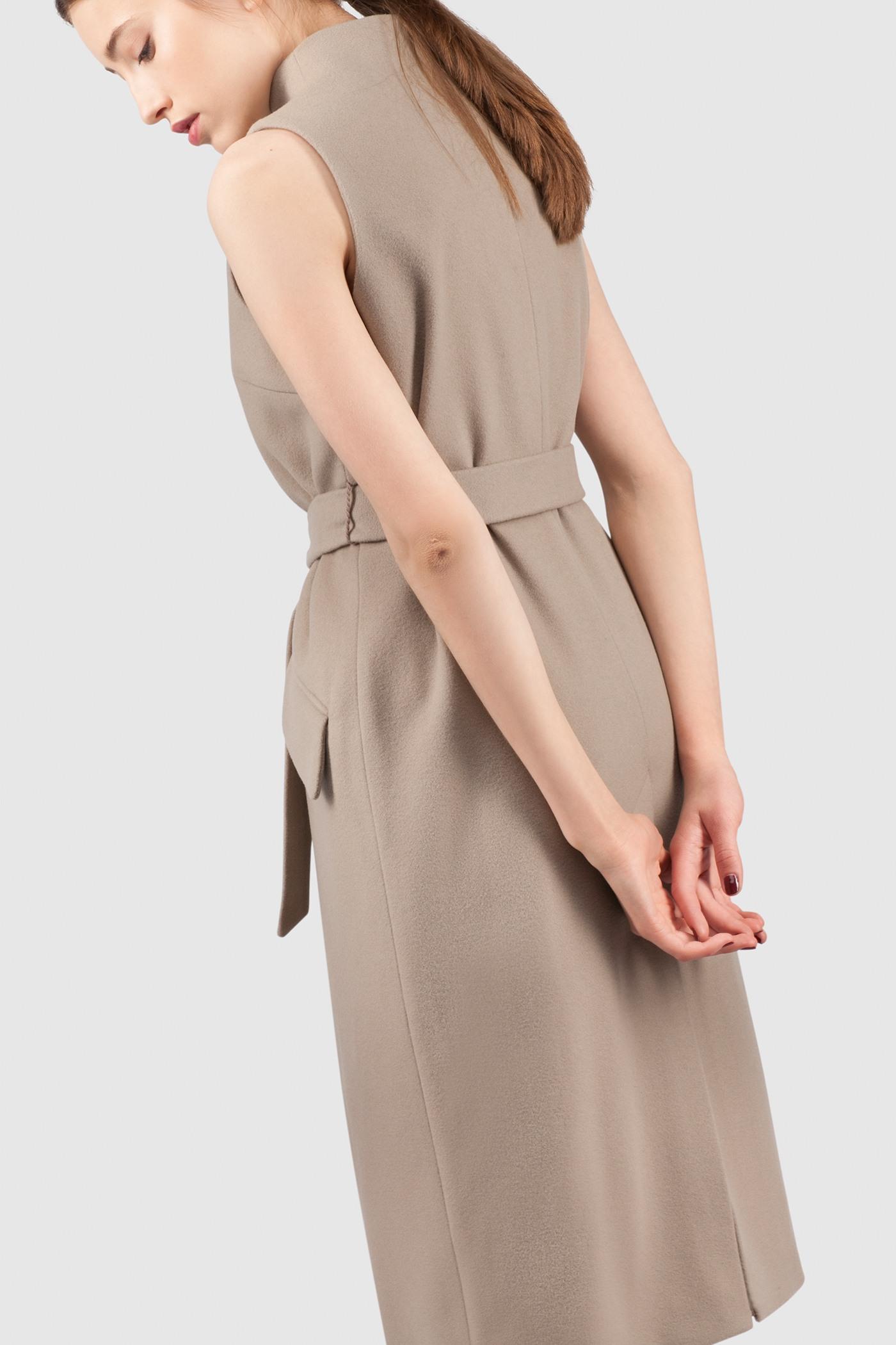 ЖилетЖилет полуприлегающего силуэта из легкой шерсти, с цельнокроеной стойкой&#13;<br>&#13;<br>&#13;<br>вместительные карманы в рамку с клапаном&#13;<br>&#13;<br>застегивается на магнитную кнопку&#13;<br>&#13;<br>одинаково хорошо сочетается с разным стилем одежды&#13;<br>&#13;<br>пояс в комплекте&#13;<br>&#13;<br>&#13;<br>У модели 3 ростовки:&#13;<br>&#13;<br>158-164 (длина изделия 106 см)&#13;<br>164-170 (длина изделия 110 см)&#13;<br>170-176 (длина изделия 114 см)&#13;<br>&#13;<br>При определении размера воспользуйтесь таблицей размеров<br><br>Цвет: Бежевый<br>Размер: XS, S, M, L<br>Ростовка: 158 -164, 164 -170, 170 -176