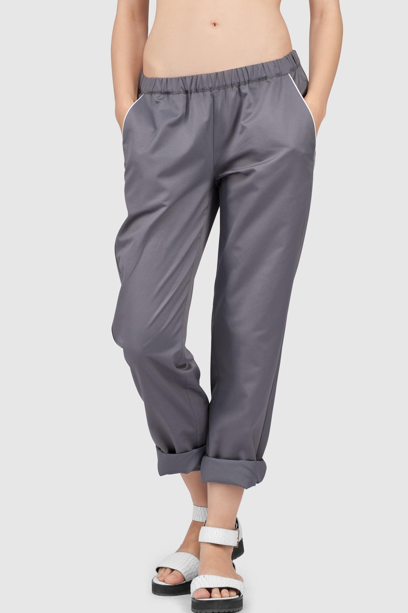 Пижамные брюкиПижамные брюки свободного кроя с заниженной линией талии из хлопка&#13;<br>&#13;<br>&#13;<br>Вместительные боковые карманы.&#13;<br>&#13;<br>Эластичная широкая резинка в поясе.&#13;<br>&#13;<br>Декоративные карманы сзади.<br><br>Цвет: Васильковый, Мелкий принт<br>Размер: XXS, XS