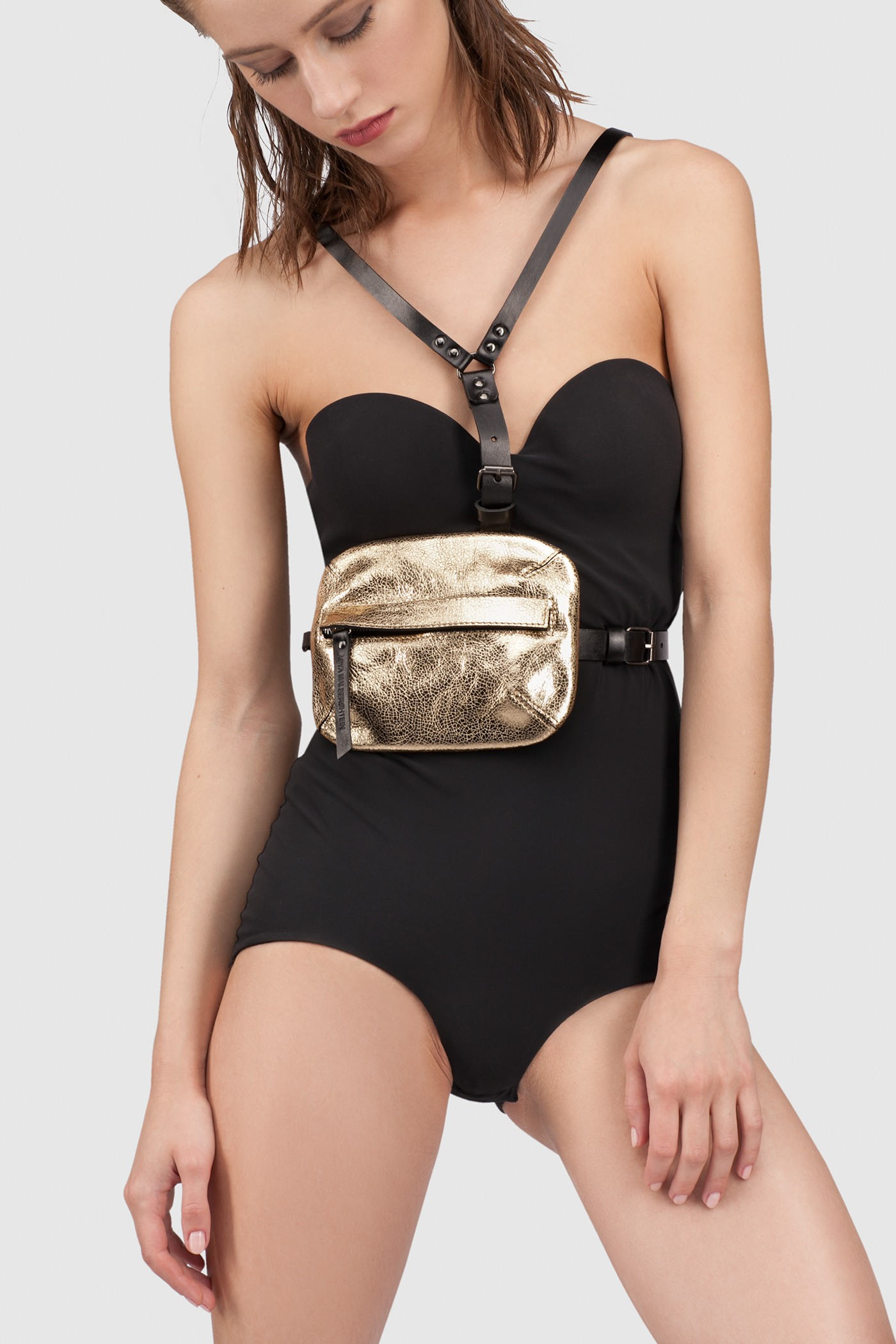 Сумка на поясРемень-бандаж с поясной сумкой на молнии&#13;<br>&#13;<br>&#13;<br>регулируется по росту и объему&#13;<br>&#13;<br>верхнюю часть бандажа можно снять носить изделие как сумку на поясе или на талии/бедрах&#13;<br>&#13;<br>сумку можно носить как клатч, в комплект входит ремешок для запястья<br><br>Цвет: Серебро, Черный