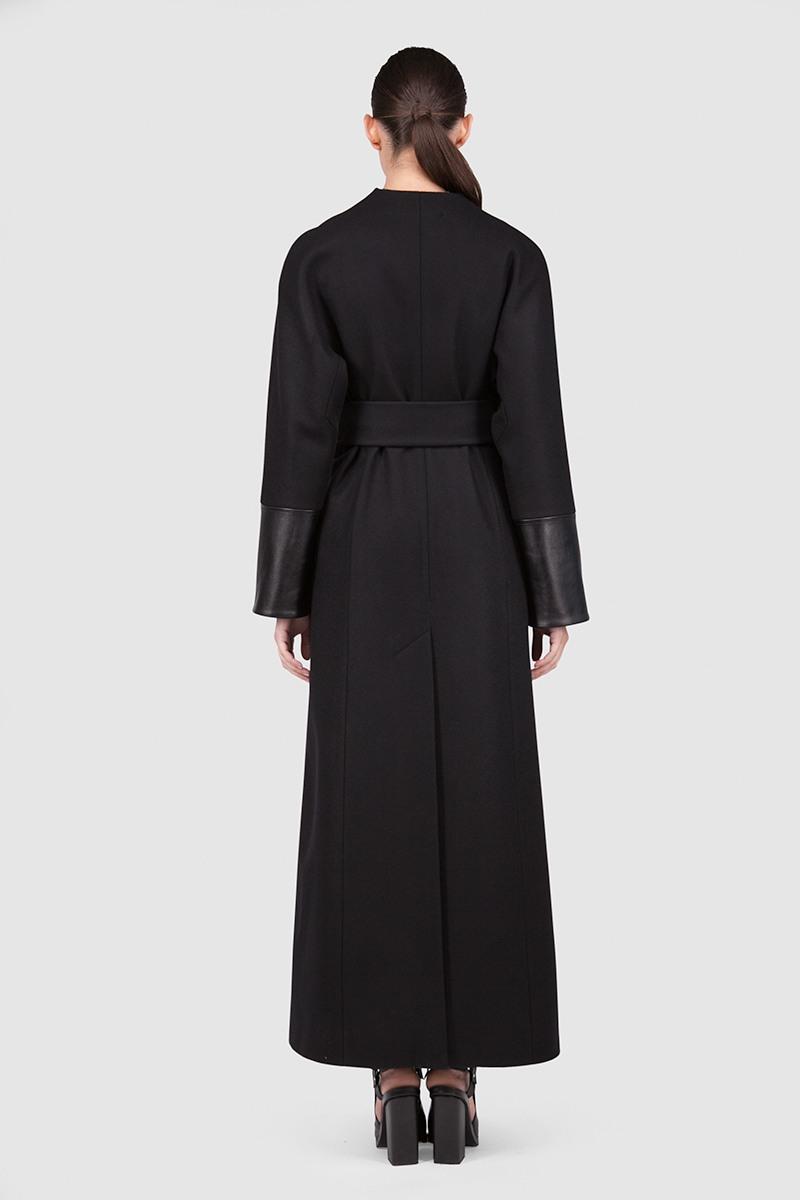 Пальто - ПЕКИН (6.0)Пальто<br>Эффектное пальто-кимоно с цельнокроеным рукавом&#13;<br>&#13;<br>Пальто прилегающего силуэта, слегка разширенное к низу в макси длине, цвет черничный. Однобортный запах с застежкой на пришивные кнопки, и закрепленным широким завязывающим поясом. Цельнокроеные рукава с широкой ластовицей. Карманы прорезные в рельефах, спинка со шлицей. Конструкция без подплечников. Данная модель не утепляется, является демисезонной. Подходит для всех типов фигур - А, Т, О-образных.&#13;<br>&#13;<br>&#13;<br>рекомендуемая сезонность: демисезон, осень&#13;<br>&#13;<br>кнопки вместо пуговиц, благодаря им у вас всегда имеется возможность корректировки этой модели пальто под себя&#13;<br>&#13;<br>кожаная окантовка рукавов&#13;<br>&#13;<br>два пояс в комплекте: тканный кушак и декоративный кожаный пояс со съемной частью&#13;<br>&#13;<br>внутренний карман для телефона&#13;<br>&#13;<br>модель имеет три ростовки, длина изделия по спинке — 128 см (при росте 158-164), 132 см (при росте 164-170), 136 см (при росте 170-176)&#13;<br>&#13;<br>размер и другие нюансы уточняются при заказе, мы с вами связываемся по указанному вами номеру телефона&#13;<br>&#13;<br>&#13;<br>Если у вас остались вопросы, пишите нам на электронную почту ASYAMALBERSHTEIN@GMAIL.COM или звоните по номеру +7 (812) 649-17-99, мы постараемся ответить на ваши вопросы и помочь определиться вам с выбором или размерной сеткой наших изделий.<br><br>Цвет: Черный<br>Размер: L, XS, S, M<br>Ростовка: 158 -164, 164 -170, 170 -176
