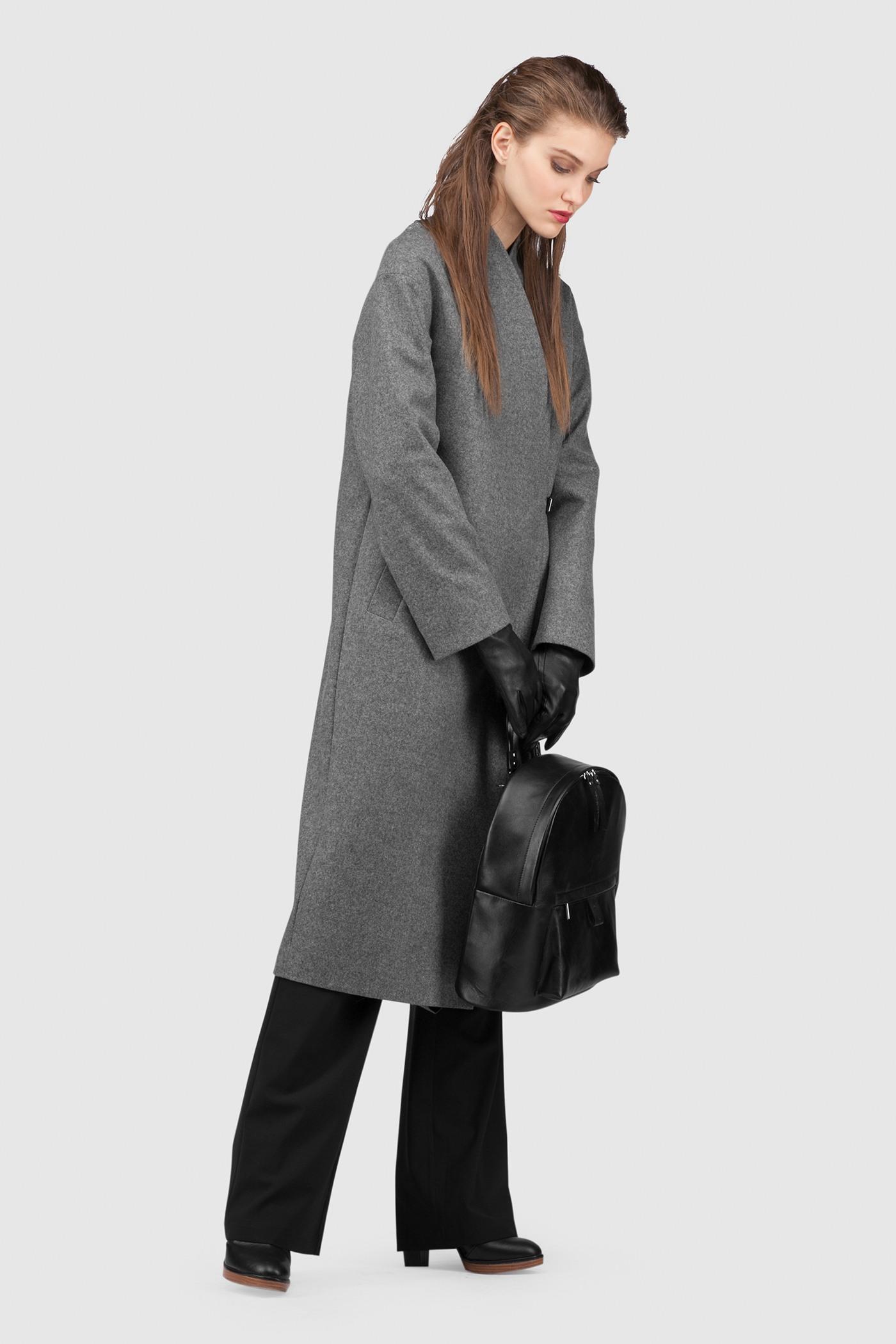 Зимнее пальто - ОСЛООбъемное пальто OSLO (Осло) прямого, неприталенного силуэта на запахе. Застежка на кожаный хлястик, чуть ниже уровня талии. Карманы с широкой листочкой несколько смещены к боковому шву. Линия плеча расширена и опущена. Конструкция без подплечников. Модель подходит для всех типов фигур - А, Т, О-образных.&#13;<br>&#13;<br>&#13;<br>рекомендуемая сезонность: холодная осень, теплая зима&#13;<br>&#13;<br>данную модель можно НЕ утеплять, 1 слой утеплителя присутствует в базовой комплектации&#13;<br>&#13;<br>шерстяной дышащий утеплитель эффективно сохраняет тепло и при этом не препятствует свободной циркуляции воздуха&#13;<br>&#13;<br>длина размера S при росте 164-170 см: 106 см&#13;<br>&#13;<br>внутренний карман для телефона&#13;<br>&#13;<br>модель имеет три ростовки: 158-164 см, 164-170 см и 170-176 см.&#13;<br>&#13;<br>размер и другие нюансы уточняются при заказе, мы с вами связываемся по указанному вами номеру телефона&#13;<br>&#13;<br>&#13;<br>* Внимание! Ощущение тепла - очень индивидуально и зависит от множества факторов (влажность, ветер, индивидуальные особенности, прочая одежда на человеке итд.), поэтому мы не можем гарантировать, что каждому будет комфортен указанный диапазон температур. Поэтому учитывайте, пожалуйста, эти детали при формировании заказа.&#13;<br>&#13;<br>** Возможная погрешность в длинах готового изделия составляет не более 2-3%&#13;<br>&#13;<br>*** Если у вас остались вопросы, пишите нам на электронную почту asyamalbershtein@gmail.com или звоните по номеру +7 (812) 649-17-99, мы постараемся ответить на ваши вопросы и помочь определиться вам с выбором или размерной сеткой наших изделий.<br><br>Цвет: Черный<br>Размер: XS, S, M, L<br>Ростовка: 158 -164, 164 -170, 170 -176
