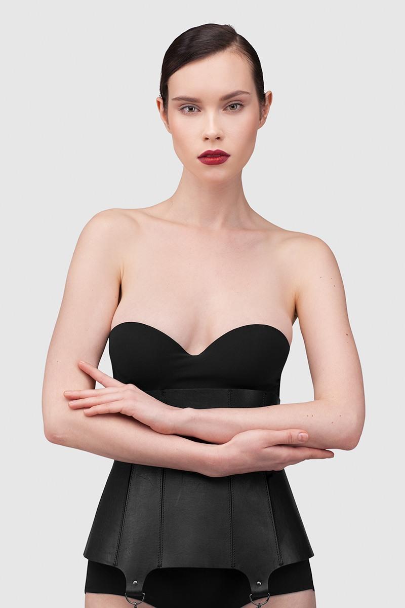 КорсетЖенственный корсет до талии из плотной ремневой кожи&#13;<br>&#13;<br>&#13;<br>конструкция обеспечивает утяжку 3-6 см (учитывайте при выборе размера)&#13;<br>&#13;<br>корсет можно носить не только как нижнее белье, но и поверх одежды&#13;<br>&#13;<br>спереди к корсету пристегиваются две изящные кисти из кожи на карабине&#13;<br>&#13;<br>сзади корсет закрывается на 4 пряжки<br><br>Цвет: Черный, Белый, Красный