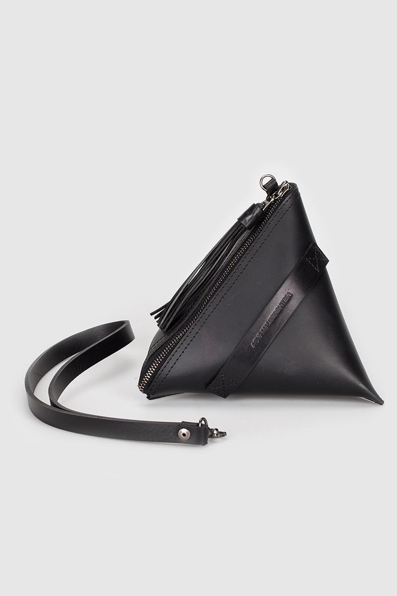Сумка Milk-pack (S)Маленькая сумка в форме молочного пакета&#13;<br>&#13;<br>&#13;<br>сделана из плотной кожи&#13;<br>&#13;<br>без подклада&#13;<br>&#13;<br>застежка-молния с декоративной кожаной кисточкой&#13;<br>&#13;<br>размер: 20х20 см<br><br>Цвет: Белый, Черный