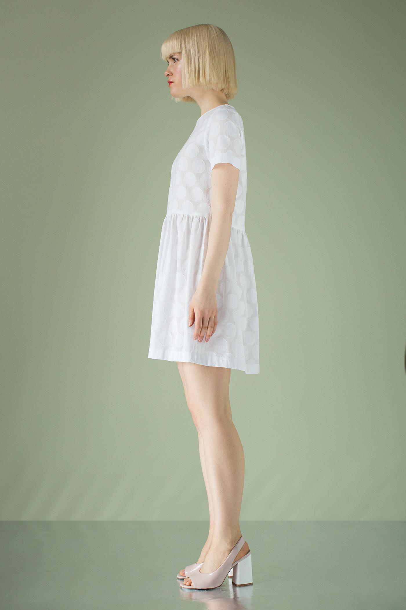 ПлатьеПлатье с завышенной линией талии и отрезной юбкой.&#13;<br>&#13;<br>&#13;<br>короткий рукав&#13;<br>&#13;<br>юбка на сборке по линии талии&#13;<br>&#13;<br>застежка на планку сзади&#13;<br>&#13;<br>свободный силуэт&#13;<br>&#13;<br>&#13;<br> &#13;<br>&#13;<br>Длина изделия – 83 см<br><br>Цвет: Белый<br>Размер: XS, S, M
