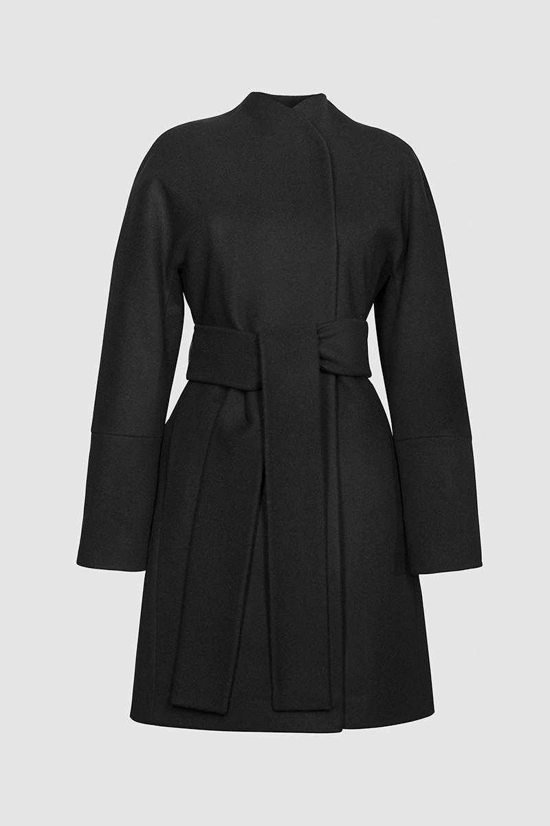 Пальто - ПЕКИН (6.1)Пальто<br>Эффектное пальто с цельнокроеным воротником&#13;<br>&#13;<br>Пальто BEIJING (Пекин) прилегающего силуэта средней длины, слегка разширенное к низу. Однобортный запах с застежкой на пришивные кнопки, и закрепленным широким завязывающим поясом. Цельнокроеные рукава с широкой ластовицей. Карманы прорезные в рельефах, спинка со шлицей. Конструкция без подплечников. Данная модель не утепляется, является демисезонной. Подходит для всех типов фигур - А, Т, О-образных.&#13;<br>&#13;<br>&#13;<br>рекомендуемая сезонность: демисезон, осень&#13;<br>&#13;<br>кнопки вместо пуговиц, благодаря им у вас всегда имеется возможность корректировки под себя&#13;<br>&#13;<br>внутренний карман для телефона&#13;<br>&#13;<br>модель имеет три ростовки: 158-164 см, 164-170 см, 170-176 см. Длина изделия по спинке — 87 см (при росте 164-170)&#13;<br>&#13;<br>размер и другие нюансы уточняются при заказе, мы с вами связываемся по указанному вами номеру телефона&#13;<br>&#13;<br>&#13;<br>Если у вас остались вопросы, пишите нам на электронную почту ASYAMALBERSHTEIN@GMAIL.COM или звоните по номеру +7 (812) 649-17-99, мы постараемся ответить на ваши вопросы и помочь определиться вам с выбором или размерной сеткой наших изделий.<br><br>Цвет: Черный<br>Размер: XS, S, M, L<br>Ростовка: 158 -164, 164 -170, 170 -176