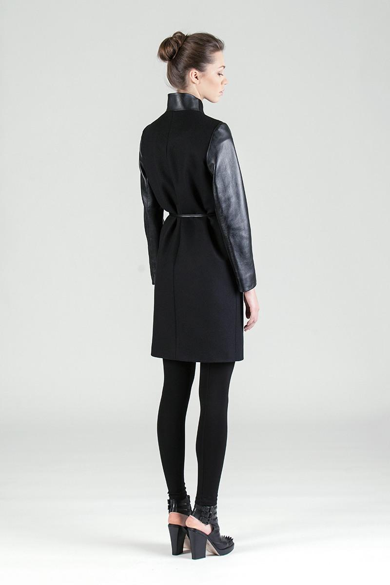 Пальто - СТОКГОЛЬМ (1.3)Пальто<br>Шерстяное пальто с запахом c кожаными рукавами&#13;<br>&#13;<br>Элегантное классическое пальто STOCKHOLM (Стокгольм), выполненное из шерсти, станет отличной базой для любого городского гардероба. Рекомендуемый тепловой режим: от +15 до -12 градусов.&#13;<br>&#13;<br>&#13;<br>кнопки-магниты вместо пуговиц&#13;<br>&#13;<br>вместительные боковые карманы&#13;<br>&#13;<br>пояс в комплекте&#13;<br>&#13;<br>длина размера S при росте 164-170 см: 95 см&#13;<br>&#13;<br>у модели 3 ростовки: 158-164 см, 164-170 см, 170-176 см. Размер и другие нюансы уточняются при заказе, мы с вами свяжемся по указанному вами номеру телефона&#13;<br>&#13;<br>&#13;<br>Если у вас остались вопросы, пишите нам на электронную почту ASYAMALBERSHTEIN@GMAIL.COM или звоните по номеру +7 (812) 649-17-99, мы постараемся ответить на ваши вопросы и помочь определиться вам с выбором или размерной сеткой наших изделий.<br><br>Цвет: Черный<br>Размер: S, L<br>Ростовка: 158 -164, 164 -170