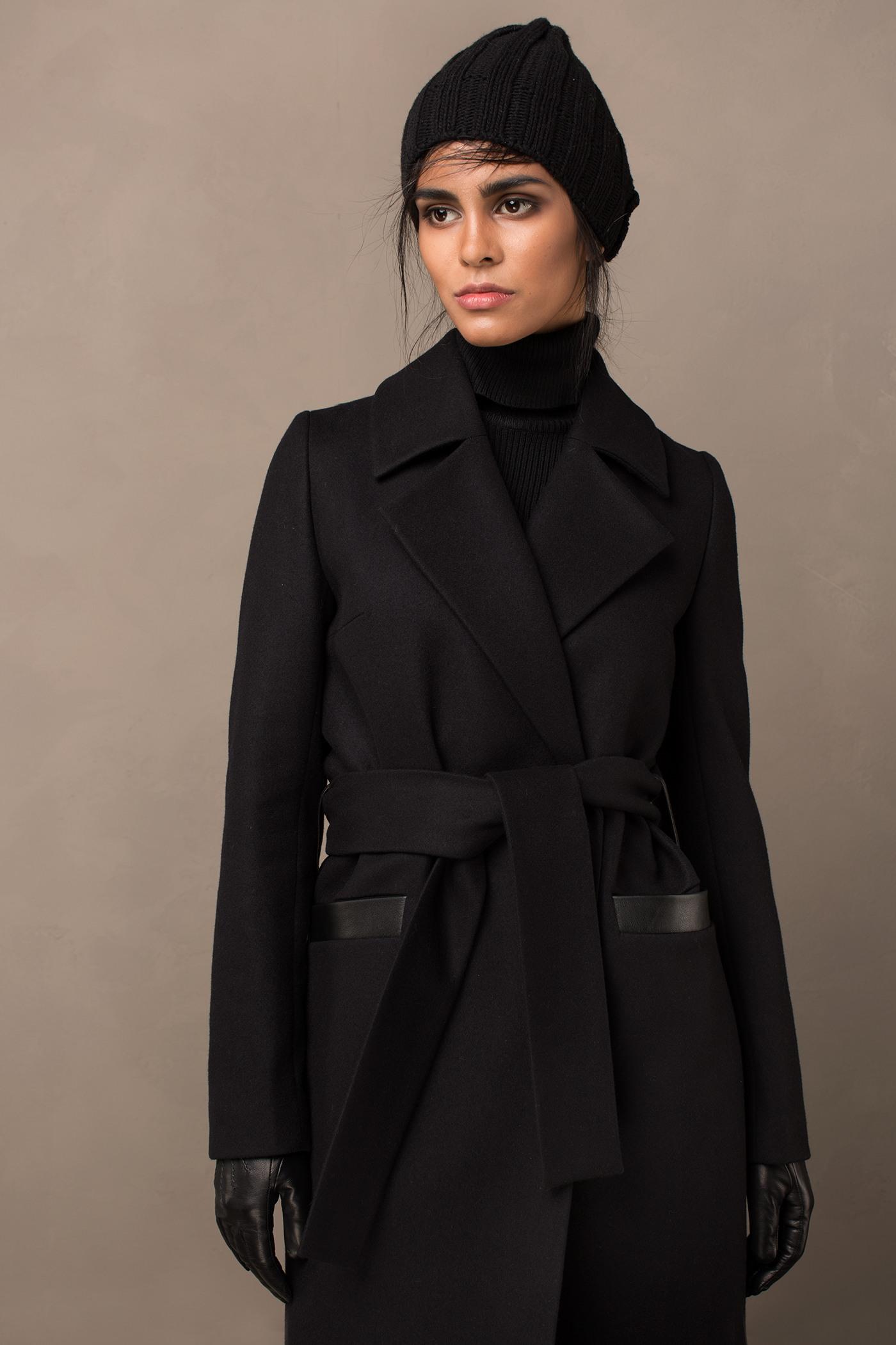 Пальто - ВЕНА (2.1)Пальто<br>Пальто с английским воротником &#13;<br>&#13;<br>Элегантное классическое пальто VIENNA (Вена), выполненное из шерсти, станет отличной базой для любого городского гардероба. Рекомендуемый тепловой режим: от +15 до - 8 градусов.&#13;<br>&#13;<br>&#13;<br>рекомендуемая сезонность: демисезон, осень&#13;<br>&#13;<br>кнопки вместо пуговиц, благодаря им у вас всегда имеется возможность корректировки этой модели пальто под себя&#13;<br>&#13;<br>тканный пояс-кушак&#13;<br>&#13;<br>кожаные элементы&#13;<br>&#13;<br>два прорезных кармана спереди&#13;<br>&#13;<br>прямой крой с плотной посадкой на фигуре&#13;<br>&#13;<br>длина размера S при росте 164-170 см- 105 см&#13;<br>&#13;<br>модель имеет 5 ростовки: 152-158 см, 158-164 см, 164-170 см, 170-176 см, 176-182 см. Размер и другие нюансы уточняются при заказе, мы с вами связываемся по указанному вами номеру телефона&#13;<br>&#13;<br>&#13;<br>Если у вас остались вопросы, пишите нам на электронную почту ASYAMALBERSHTEIN@GMAIL.COM или звоните по номеру +7 (812) 649-16-99, мы постараемся ответить на ваши вопросы и помочь определиться вам с выбором или размерной сеткой наших изделий.<br><br>Цвет: Черный<br>Размер: XXS, XS, S, M, L, XL<br>Ростовка: 152 - 158, 158 -164, 164 -170, 170 -176, 176 -182