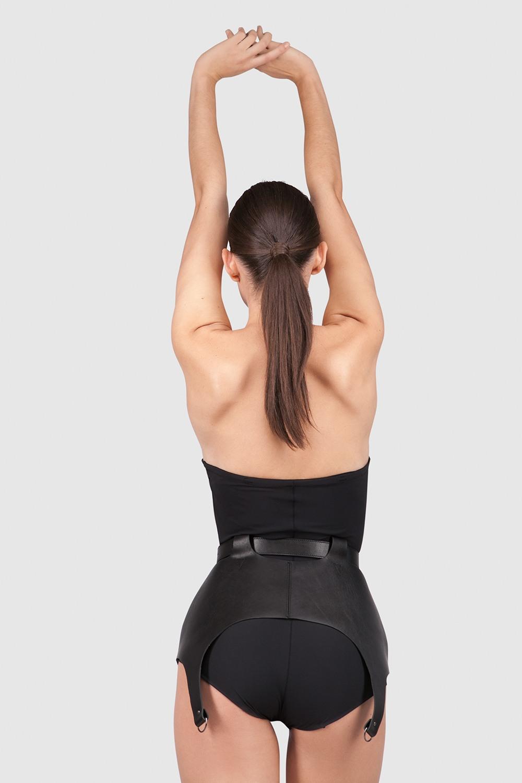 ПоясПояс из плотной ремневой кожи натурального дубления&#13;<br>&#13;<br>&#13;<br>полностью съемный, регулируется по объему&#13;<br>&#13;<br>в комплекте 2 изящные отстегивающиеся кисточки на карабине&#13;<br>&#13;<br>верхнюю часть комплекта можно снять и носить отдельно как портупею<br><br>Цвет: Черный, Красный