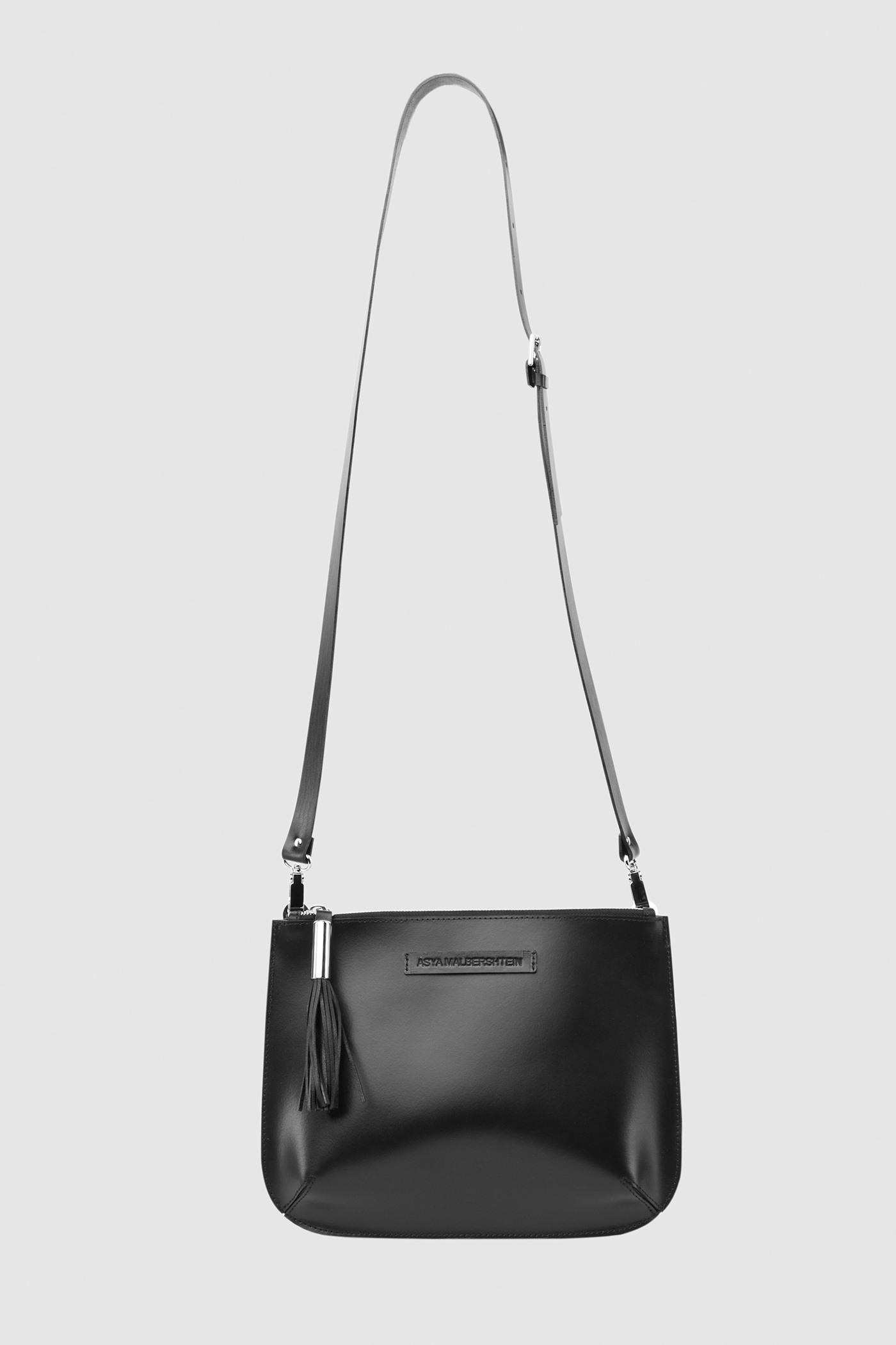 СумкаНебольшая сумка из плотной кожи на молнии с серебряной фурнитурой. Задний карман на молнии. Внутреннее отделение на подкладке с двумя карманами для телефона и ключей. Съемный регулируемый ремешок через плечо.&#13;<br>&#13;<br>Кожа: КРС.&#13;<br>&#13;<br>Размеры&#13;<br>Высота: 19,5 см&#13;<br>Длина: 27 см&#13;<br>Глубина: 1...6 см&#13;<br>Высота ремешка: max 100 - min 70 см<br><br>Цвет: Черный