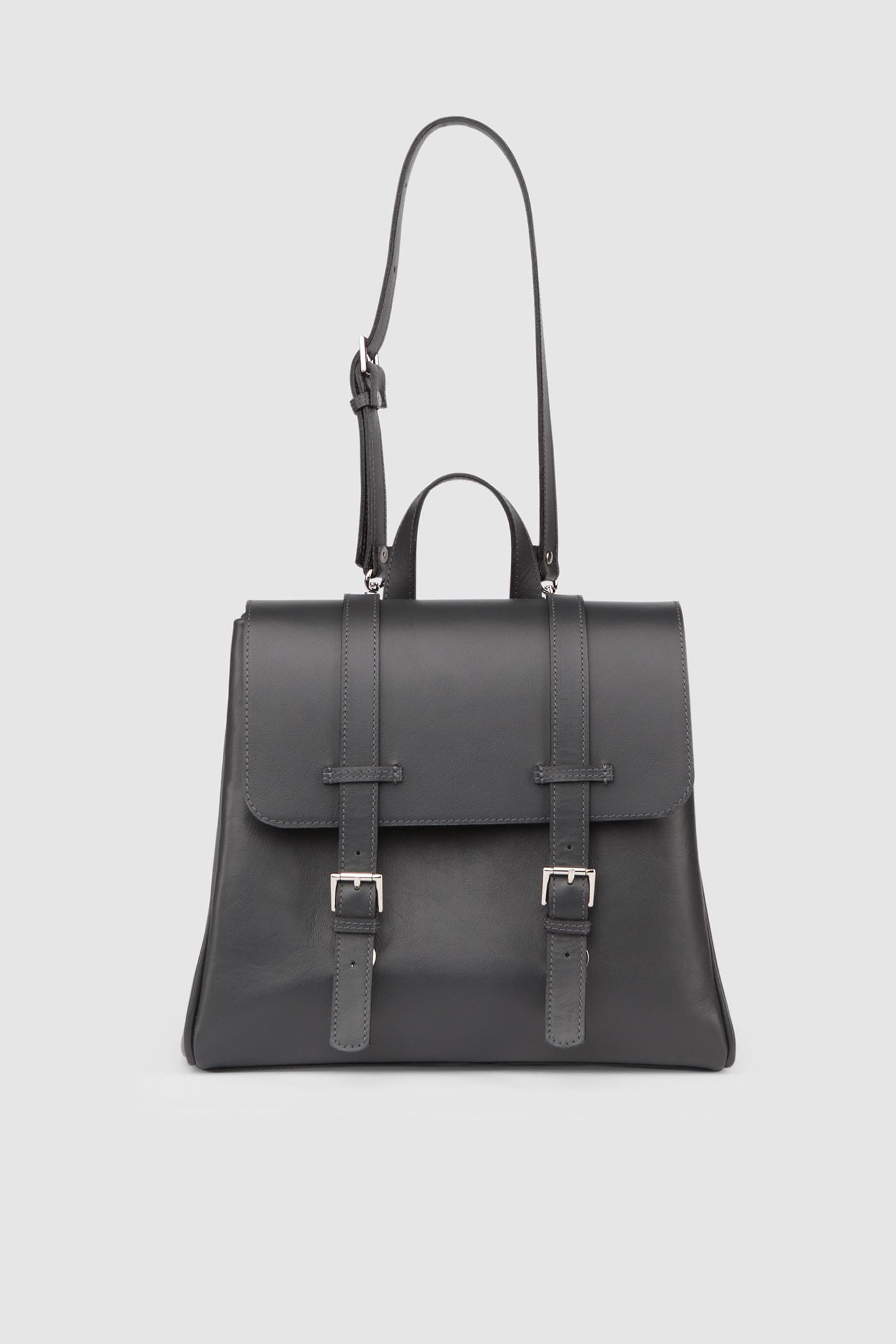 Маленький рюкзакКлассический рюкзак-портфель из высококачественной кожи. Задний карман на молнии. Внутреннее отделение на подкладке с тремя карманами для телефона, ключей и документов. Верхний клапан украшен полированной фурнитурой серебряного цвета и застегивается на потайные замки-магниты.&#13;<br>&#13;<br>&#13;<br>если перестегнуть лямки, рюкзак превращается в сумку через плечо&#13;<br>&#13;<br>держит форму&#13;<br>&#13;<br>съемные лямки на регуляторах&#13;<br>&#13;<br>защита нижних кантов от износа двойным дном&#13;<br>&#13;<br>тканная подкладка&#13;<br>&#13;<br>прилагается чехол для хранения&#13;<br>&#13;<br>&#13;<br>Высота: 24,5 см&#13;<br>Длина: 26 &gt; 24 см&#13;<br>Глубина: 9,5 см&#13;<br>Высота ремешка: max 93 - min 69 см&#13;<br>Длина ручки: 22 см<br><br>Цвет: Серый-графит, Сумеречный циановый