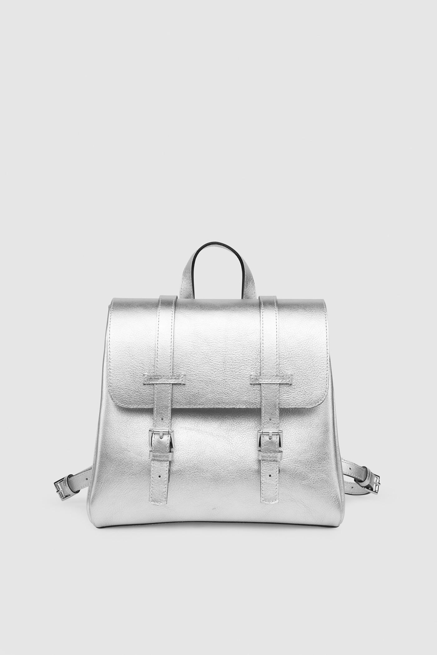 Маленький рюкзакКлассический рюкзак-портфель из высококачественной кожи. Задний карман на молнии. Внутреннее отделение на подкладке с тремя карманами для телефона, ключей и документов. Верхний клапан украшен полированной фурнитурой серебряного цвета и застегивается на потайные замки-магниты.&#13;<br>&#13;<br>&#13;<br>если перестегнуть лямки, рюкзак превращается в сумку через плечо&#13;<br>&#13;<br>держит форму&#13;<br>&#13;<br>съемные лямки на регуляторах&#13;<br>&#13;<br>фурнитура серебряного цвета&#13;<br>&#13;<br>защита нижних кантов от износа двойным дном&#13;<br>&#13;<br>тканная подкладка&#13;<br>&#13;<br>прилагается чехол для хранения&#13;<br>&#13;<br>&#13;<br>Высота: 24,5 см&#13;<br>Длина: 26 &gt; 24 см&#13;<br>Глубина: 9,5 см&#13;<br>Высота ремешка: max 93 - min 69 см&#13;<br>Длина ручки: 22 см&#13;<br>Вес изделия: 1кг.<br><br>Цвет: Серебро