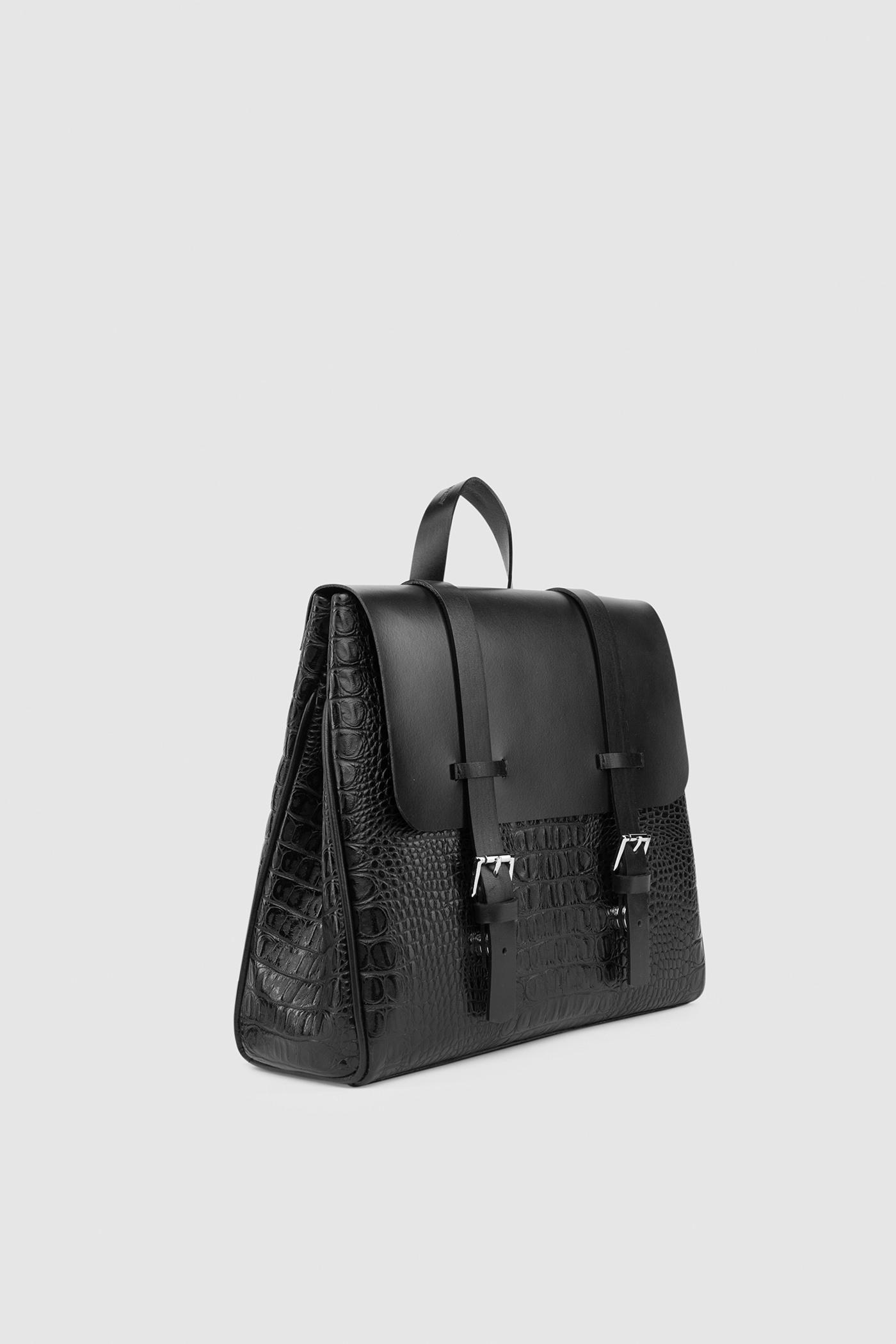 Маленький рюкзакКлассический рюкзак-портфель из высококачественной кожи. Задний карман на молнии. Внутреннее отделение на подкладке с тремя карманами для телефона, ключей и документов. Верхний клапан украшен полированной фурнитурой серебряного цвета и застегивается на потайные замки-магниты.&#13;<br>&#13;<br>&#13;<br>если перестегнуть лямки, рюкзак превращается в сумку через плечо&#13;<br>&#13;<br>держит форму&#13;<br>&#13;<br>съемные лямки на регуляторах&#13;<br>&#13;<br>защита нижних кантов от износа двойным дном&#13;<br>&#13;<br>тканная подкладка&#13;<br>&#13;<br>прилагается чехол для хранения&#13;<br>&#13;<br>&#13;<br>Высота: 24,5 см&#13;<br>Длина: 26 &gt; 24 см&#13;<br>Глубина: 9,5 см&#13;<br>Высота ремешка: max 93 - min 69 см&#13;<br>Длина ручки: 22 см<br><br>Цвет: Чёрный крокодил