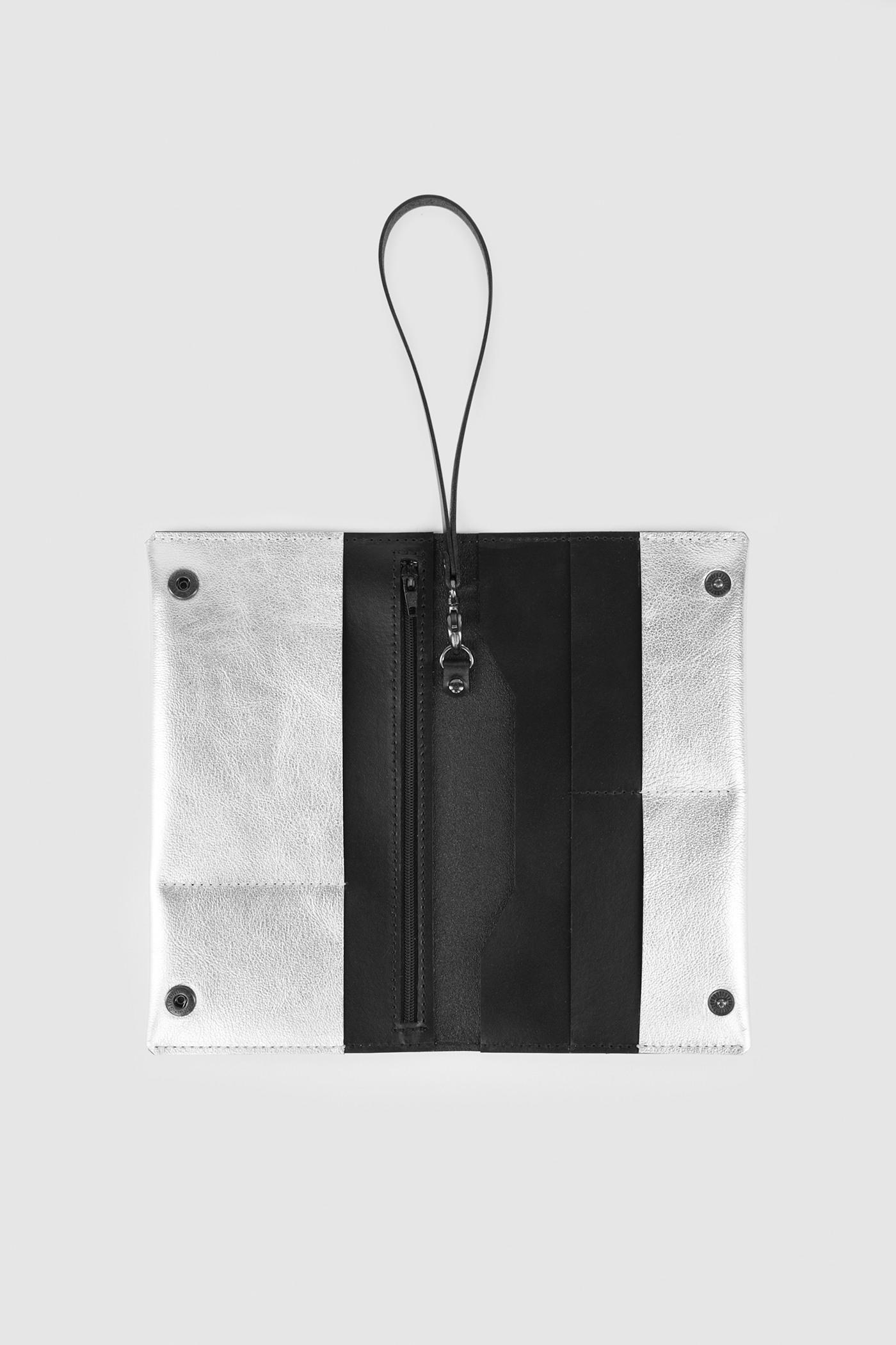 Холдер/ТревелТревел ручной работы. Каждый аксессуар создается вручную на заказ из натуральной кожи.&#13;<br>&#13;<br>&#13;<br>несколько внутренних отделений для денежных купюр и пластиковых карт&#13;<br>&#13;<br>застегивается на металлические кнопки&#13;<br>&#13;<br>размеры - 12 х 20.5 см&#13;<br>&#13;<br>в расстегнутом виде - 20.5х24 см&#13;<br>&#13;<br>дополнительная съемная ручка<br><br>Цвет: Серебро, Черный, Красный