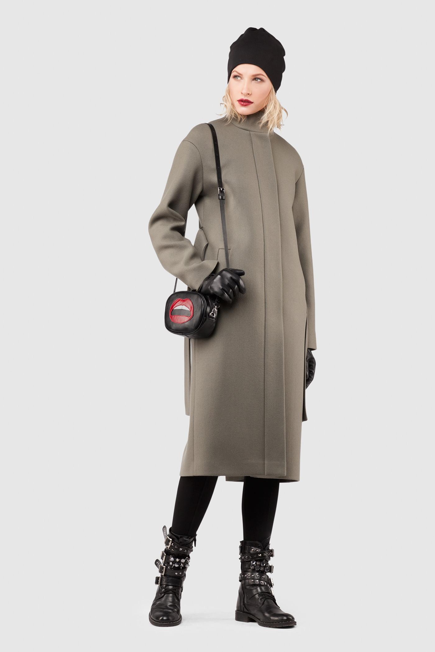 Утепленное пальто - ДУБЛИН (10.0)Зимнее шерстяное пальто свободного силуэта&#13;<br>&#13;<br>Пальто прямого, неприталенного силуэта с воротником стойкой. Застежка на пришивные кнопки. Карманы с широкой листочкой несколько смещены к боковому шву. Линия плеча расширена и опущена. Конструкция без подплечников. Модель подходит для всех типов фигур - А, Т, О-образных.&#13;<br>&#13;<br>&#13;<br>рекомендуемая сезонность: холодная осень, теплая зима&#13;<br>&#13;<br>данную модель можно НЕ утеплять, 1 слой утеплителя присутствует в базовой комплектации&#13;<br>&#13;<br>шерстяной дышащий утеплитель эффективно сохраняет тепло и при этом не препятствует свободной циркуляции воздуха&#13;<br>&#13;<br>утеплитель- не съемный, вшивается на этапе сборки между основной тканью и подкладочной&#13;<br>&#13;<br>?пояс в комплекте&#13;<br>&#13;<br>кнопки-магниты вместо пуговиц&#13;<br>&#13;<br>длина по спинке размера S при росте 164-170 см: 111 см&#13;<br>&#13;<br>модель имеет ростовку: 170-176. Размер и другие нюансы уточняются при заказе, мы с вами связываемся по указанному вами номеру телефона&#13;<br>&#13;<br>Размер S, М есть в ростовке 158-164,&#13;<br>&#13;<br>ТОТАЛЬНАЯ РАСПРОДАЖА - обмену и возврату не подлежит!<br><br>Цвет: Оливковый<br>Размер: XS, S, M, L<br>Ростовка: 158 -164, 170 -176, 164 -170