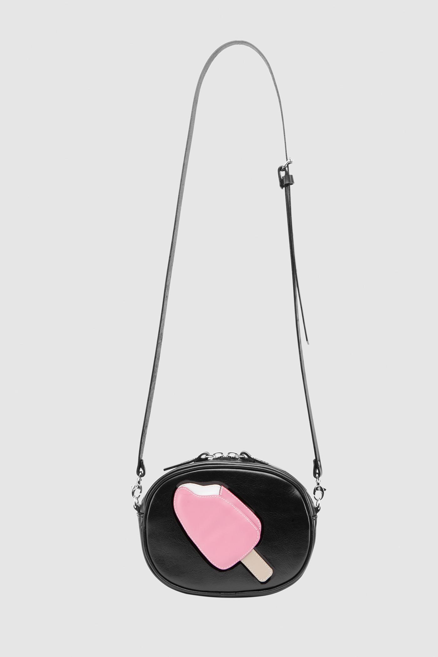 Сумка «Crazy chic»Овальная сумка из мягкой натуральной кожи на молнии с серебряной фурнитурой и цветной аппликацией. Внутреннее отделение на подкладке. Несмотря на небольшие размеры, сумка очень вместительная. Съемный регулируемый ремешок через плечо.&#13;<br>&#13;<br>Кожа: КРС.&#13;<br>&#13;<br>Размеры&#13;<br>Высота: 12,5 см&#13;<br>Длина: 16,6 см&#13;<br>Глубина: 5 см&#13;<br>Высота ремешка: max 120 - min 70 см&#13;<br>&#13;<br>ФИНАЛЬНАЯ РАСПРОДАЖА - обмену и возврату не подлежит!<br><br>Цвет: Черный
