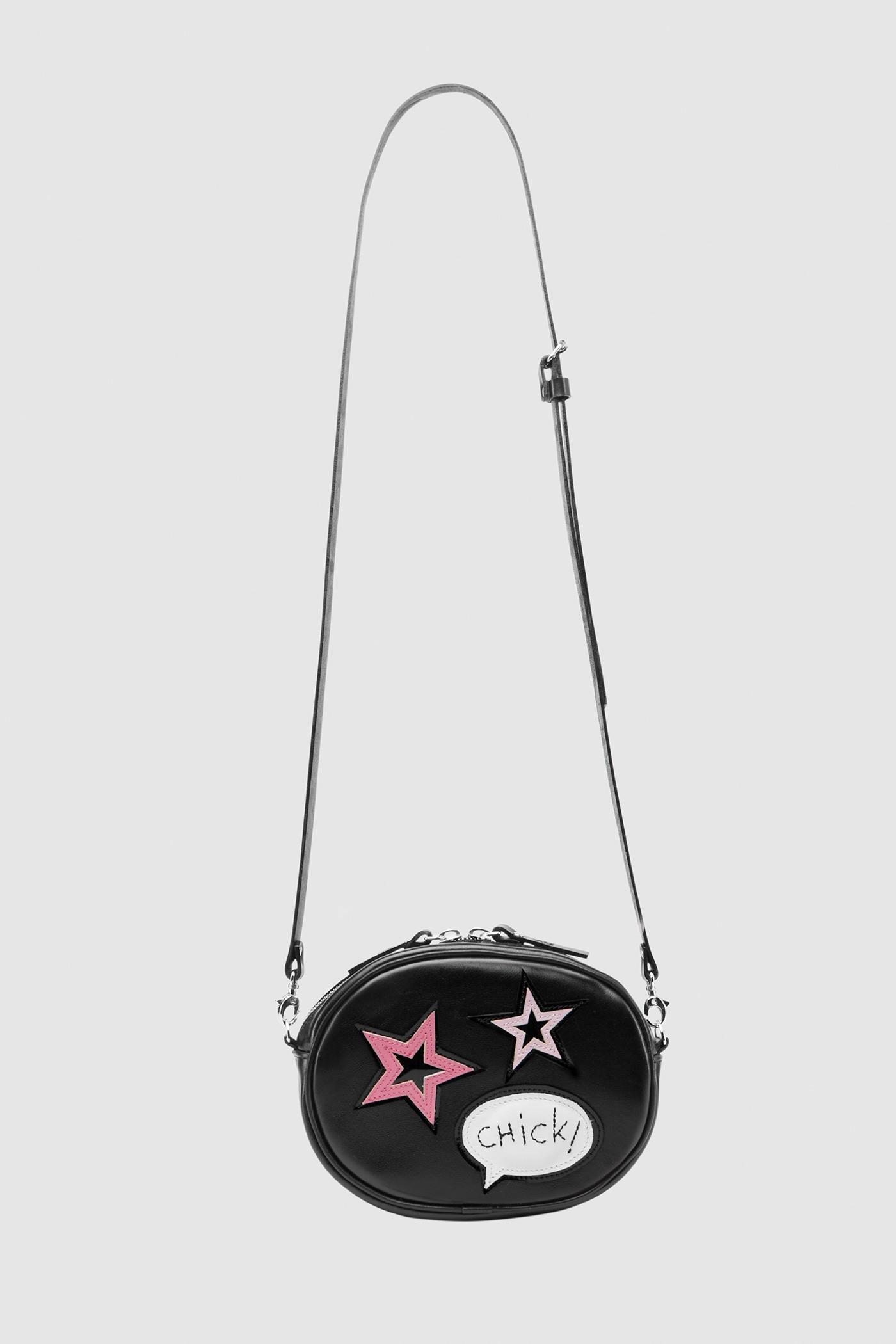 Сумка «Crazy chic»Овальная сумка из мягкой натуральной кожи на молнии с серебряной фурнитурой и цветной аппликацией. Внутреннее отделение на подкладке. Несмотря на небольшие размеры, сумка очень вместительная. Съемный регулируемый ремешок через плечо.&#13;<br>&#13;<br>Кожа: КРС.&#13;<br>&#13;<br>Размеры&#13;<br>Высота: 12,5 см&#13;<br>Длина: 16,6 см&#13;<br>Глубина: 5 см&#13;<br>Высота ремешка: max 122 - min 70 см<br><br>Цвет: Черный