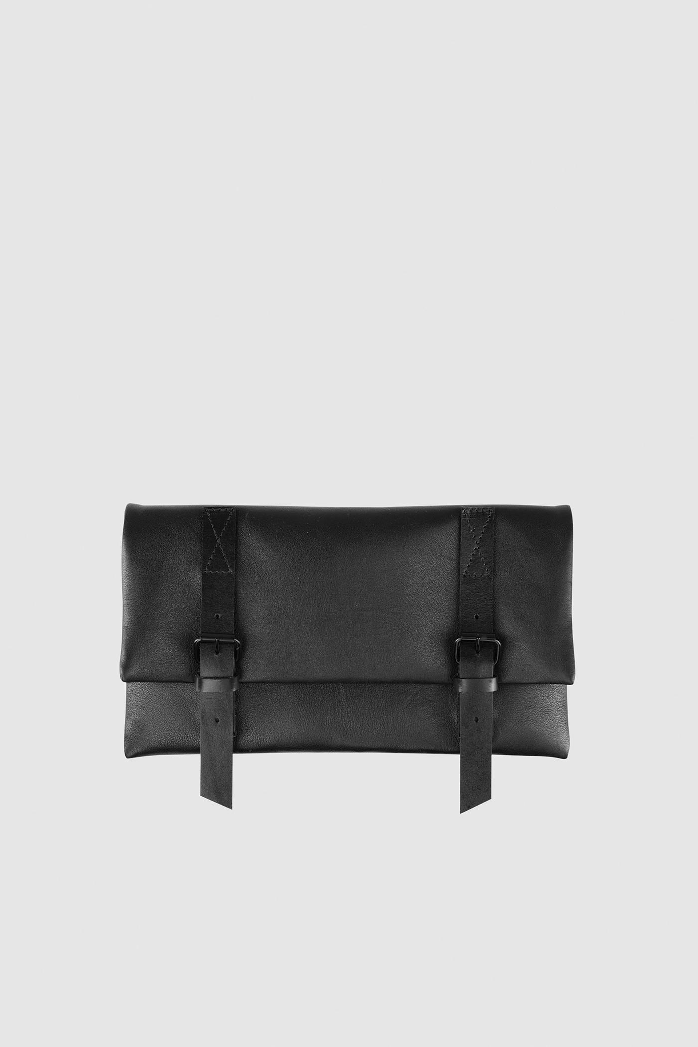 КлатчКлатч из гладкой мягкой кожи с полированной фурнитурой черного цвета застегивается на потайные замки-магниты. Внутреннее отделение на подкладке с разделенным карманом застегивается на молнию. С одной стороны расположен маленький карман, а с другой — карман для пластиковых карт. Тонкий съемный ремешок в виде шнурка. Прилагается чехол для хранения.&#13;<br>&#13;<br>Кожа: КРС.&#13;<br>&#13;<br>Размеры&#13;<br>Высота: 15 см&#13;<br>Длина: 26 см&#13;<br>Глубина: max 4 см&#13;<br>Высота ремешка: 120 см<br><br>Цвет: Черный, Коричневый