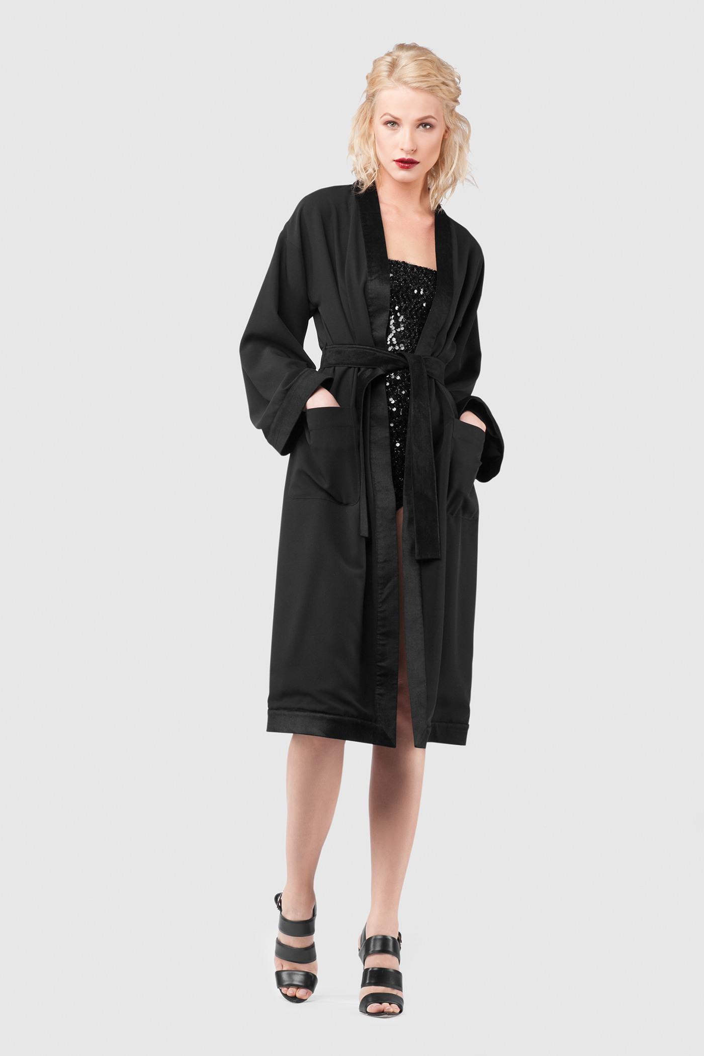 КомплектКомплект включает в себя боди и халат:&#13;<br>&#13;<br>Удлинённый халат из плотной костюмной ткани со вставками из бархата &#13;<br>&#13;<br>&#13;<br>бархатные вставки по краю борта, манжетам, поясу&#13;<br>&#13;<br>вместительные карманы в боковых швах&#13;<br>&#13;<br>съёмный пояс из бархата&#13;<br>&#13;<br>заниженная линия плеч&#13;<br>&#13;<br>длина по спинке при росте 164-170 — 116 см&#13;<br>&#13;<br>&#13;<br>Элегантное боди с пайетками&#13;<br>&#13;<br>&#13;<br>прилегающий силуэт&#13;<br>&#13;<br>в комплекте съёмные регулируемые брeтели&#13;<br>&#13;<br>застёгивается на потайную молнию сзади&#13;<br>&#13;<br>мягкая подкладка из трикотажа<br><br>Цвет: Черный<br>Размер: XS, S, M