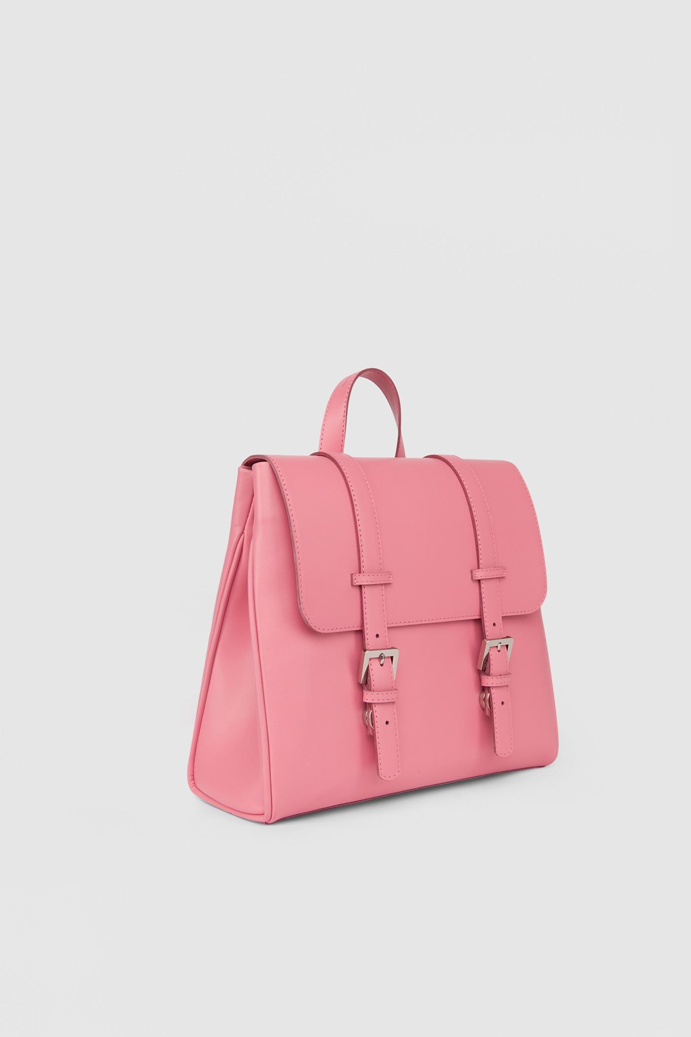 Маленький рюкзакКлассический рюкзак-портфель из высококачественной кожи. Задний карман на молнии. Внутреннее отделение на подкладке с тремя карманами для телефона, ключей и документов. Верхний клапан украшен полированной фурнитурой серебряного цвета и застегивается на потайные замки-магниты.&#13;<br>&#13;<br>&#13;<br>если перестегнуть лямки, рюкзак превращается в сумку через плечо&#13;<br>&#13;<br>держит форму&#13;<br>&#13;<br>съемные лямки на регуляторах&#13;<br>&#13;<br>защита нижних кантов от износа двойным дном&#13;<br>&#13;<br>тканная подкладка&#13;<br>&#13;<br>прилагается чехол для хранения&#13;<br>&#13;<br>&#13;<br>Высота: 24,5 см&#13;<br>Длина: 26 &gt; 24 см&#13;<br>Глубина: 9,5 см&#13;<br>Высота ремешка: max 93 - min 69 см&#13;<br>Длина ручки: 22 см<br><br>Цвет: Лососево-розовый