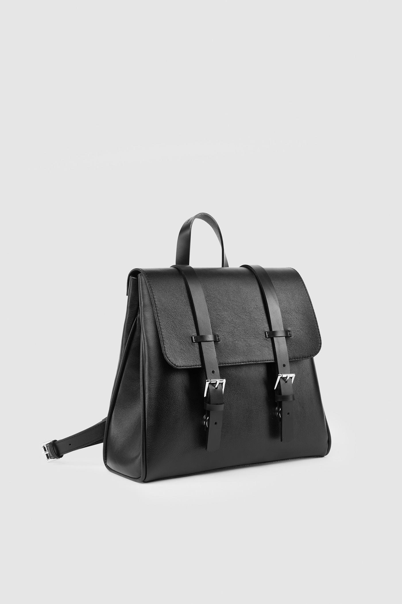 Маленький рюкзакКлассический рюкзак-портфель из высококачественной кожи. Задний карман на молнии. Внутреннее отделение на подкладке с тремя карманами для телефона, ключей и документов. Верхний клапан украшен полированной фурнитурой серебряного цвета и застегивается на потайные замки-магниты.&#13;<br>&#13;<br>&#13;<br>если перестегнуть лямки, рюкзак превращается в сумку через плечо&#13;<br>&#13;<br>держит форму&#13;<br>&#13;<br>съемные лямки на регуляторах&#13;<br>&#13;<br>защита нижних кантов от износа двойным дном&#13;<br>&#13;<br>тканная подкладка&#13;<br>&#13;<br>прилагается чехол для хранения&#13;<br>&#13;<br>&#13;<br>Высота: 24,5 см&#13;<br>Длина: 26 &gt; 24 см&#13;<br>Глубина: 9,5 см&#13;<br>Высота ремешка: max 93 - min 69 см&#13;<br>Длина ручки: 22 см&#13;<br>Вес изделия: 915 грамм<br><br>Цвет: Черный