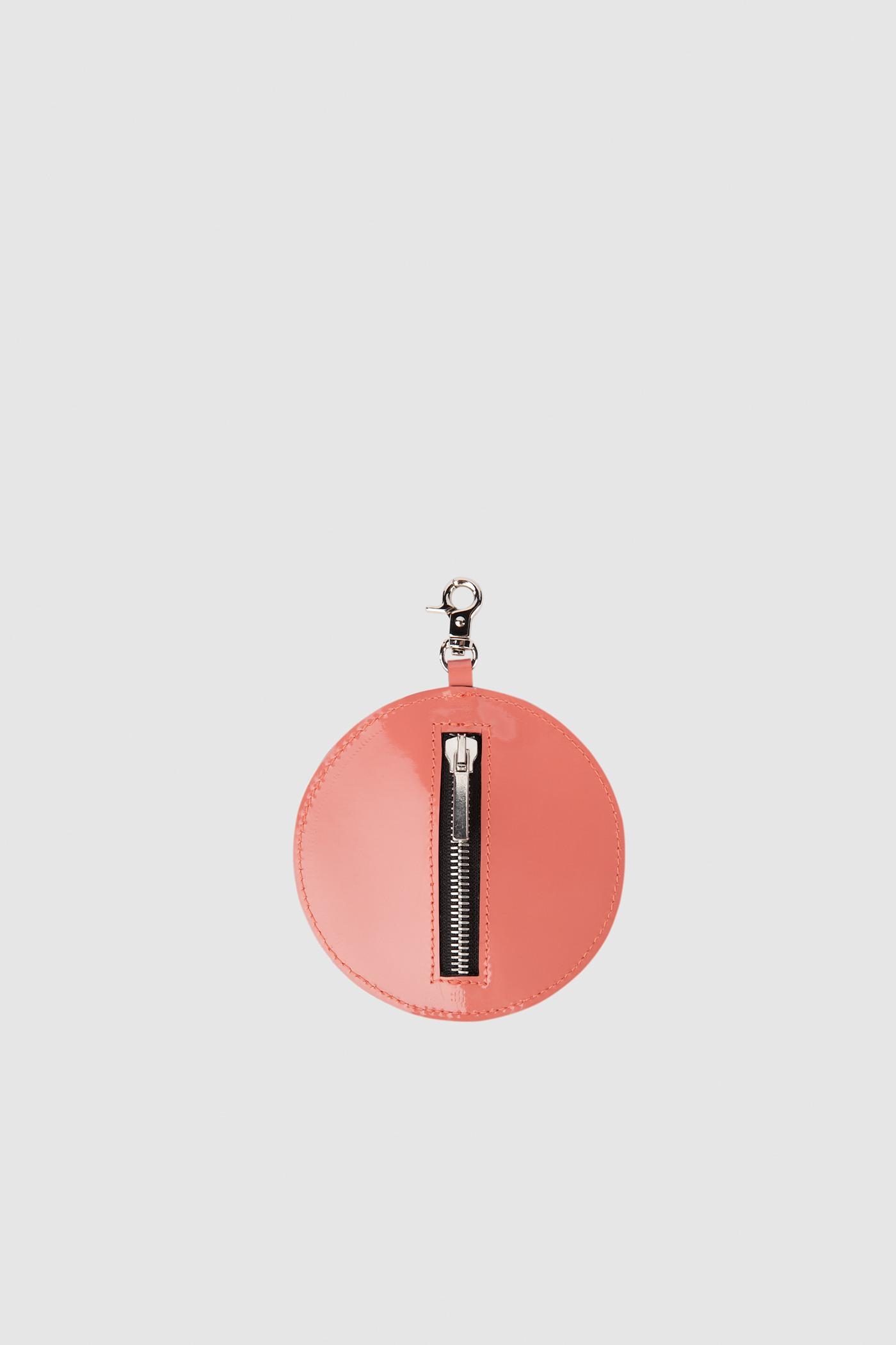 МонетницаКруглая монетница на карабине, на которую наносятся персональные инициалы из двух символов.<br><br>Цвет: Белый, Желтый, Пурпур, Лососево-розовый, Черный