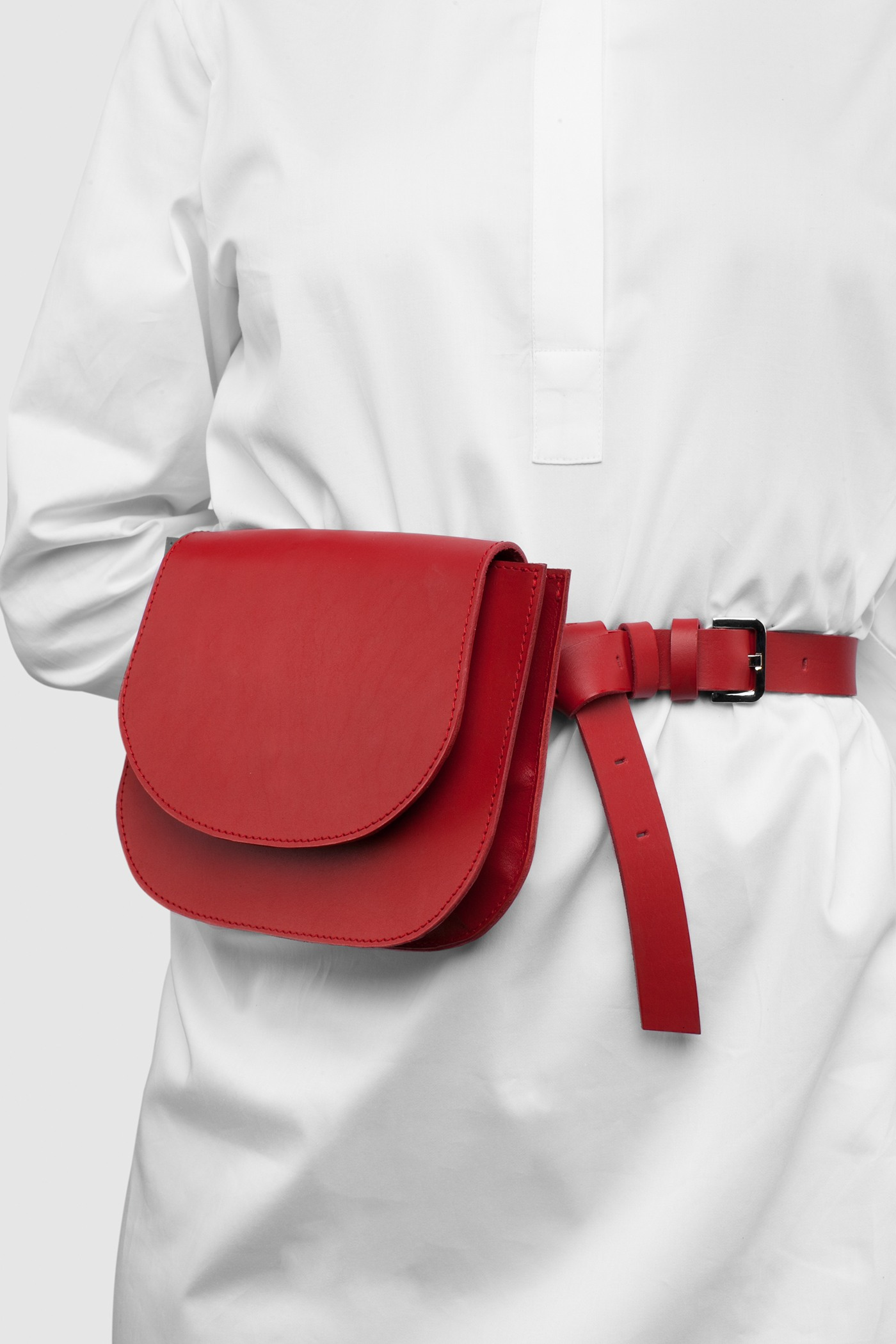 Сумка на поясСумка на пояс из натуральной кожи&#13;<br>&#13;<br>&#13;<br>размер сумки: 16х20,5 см&#13;<br>&#13;<br>в комплекте съёмный тонкий ремень, для того, чтобы носить сумку через плечо&#13;<br>&#13;<br>закрывается на магнитную кнопку&#13;<br>&#13;<br>два внутренних отделения&#13;<br>&#13;<br>помещается iPhone 6<br><br>Цвет: Красный