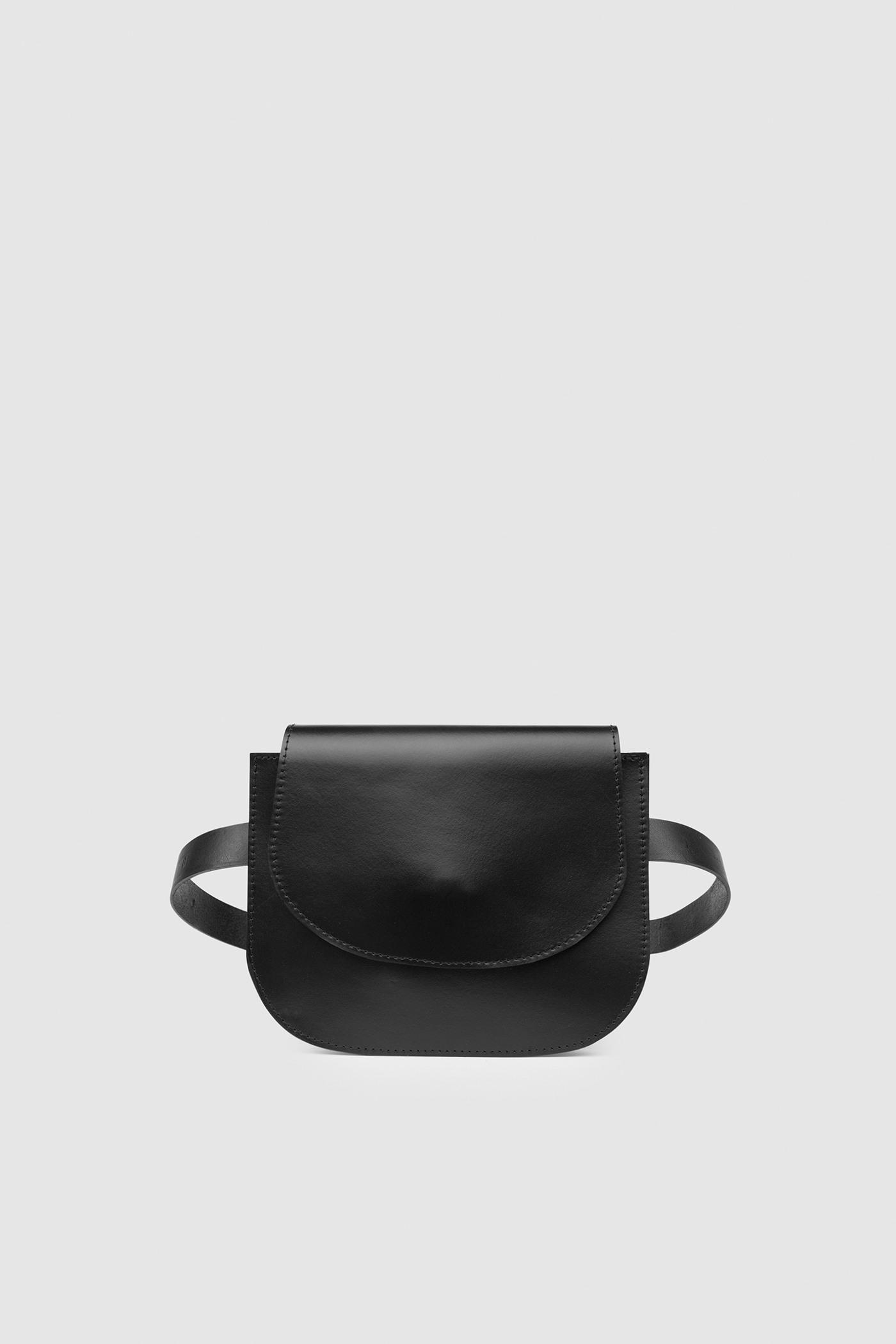 СумкаНебольшая сумка из плотной кожи с серебряной фурнитурой.Два внутренних отделения.Съемный ремешок через плечо. Закрывается на магнитную кнопку. В комплекте ремень для того, чтобы носить сумку на поясе.&#13;<br>&#13;<br>Кожа: КРС.&#13;<br>&#13;<br>&#13;<br>размер сумки: 16х20,5 см&#13;<br>&#13;<br>помещается iPhone 6<br><br>Цвет: Черный, Белый