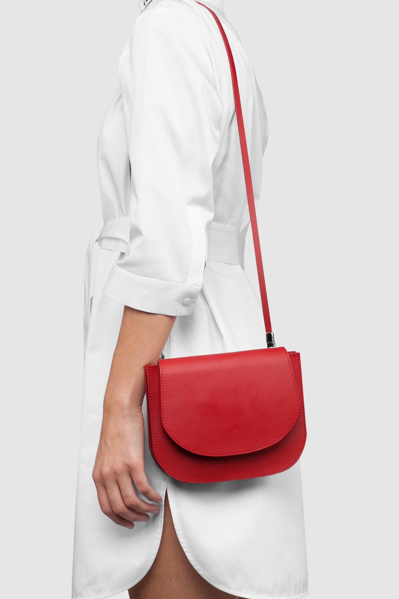 СумкаНебольшая сумка из плотной кожи с серебряной фурнитурой.Два внутренних отделения.Съемный ремешок через плечо. Закрывается на магнитную кнопку. В комплекте ремень для того, чтобы носить сумку на поясе.&#13;<br>&#13;<br>Кожа: КРС.&#13;<br>&#13;<br>&#13;<br>размер сумки: 16х20,5 см&#13;<br>&#13;<br>помещается iPhone 6<br><br>Цвет: Красный, Черный