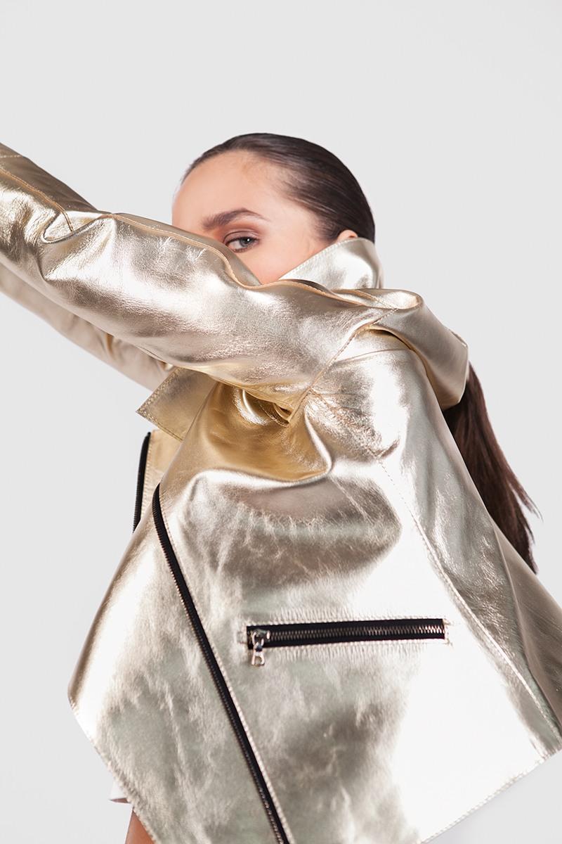 КосухаКороткая золотая косуха классического кроя &#13;<br>&#13;<br>&#13;<br>карманы и рукава на молнии&#13;<br>&#13;<br>подкладка — 80% вискоза, 20% полиэстер&#13;<br>&#13;<br>фурнитура — черный никель&#13;<br>&#13;<br>натуральная мягкая кожа&#13;<br>&#13;<br>косые карманы на молнии<br><br>Цвет: Золото<br>Размер: M, S, XS