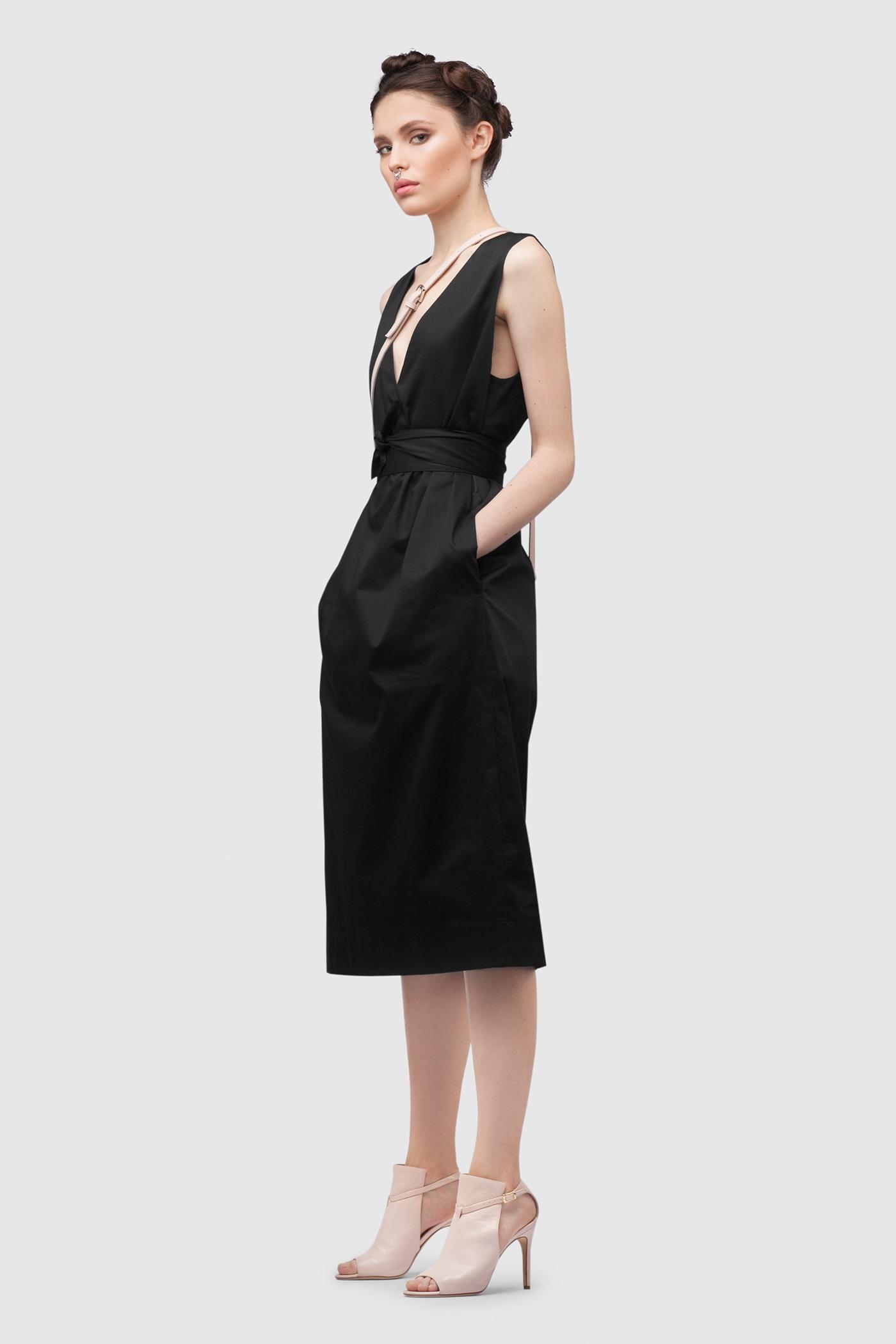 ПлатьеПлатье средней длины прямого силуэта из хлопка с глубоким V-образным вырезом. Драпируется с помощью тканного пояса.&#13;<br>&#13;<br>&#13;<br>без рукавов&#13;<br>&#13;<br>имеет карманы в боковых швах&#13;<br>&#13;<br>с подкладкой&#13;<br>&#13;<br>свободный силуэт, платье можно носить как с поясом, так и без&#13;<br>&#13;<br>дышащий хлопок — идеальное платье для жаркого лета&#13;<br>&#13;<br>длина изделия по спинке 107 см в ростовке 164-170 см., длина может изменятся в зависимости от размера и ростовки&#13;<br>&#13;<br>размер и другие нюансы уточняются при заказе, мы с вами связываемся по указному вами номеру телефона<br><br>Цвет: Черный<br>Размер: XXS, XS, S, M