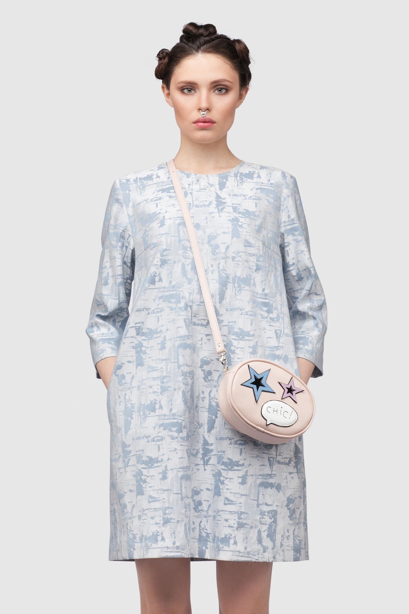 ПлатьеПростое платье-футляр неприталенного силуэта из жаккардовой ткани.&#13;<br>&#13;<br>&#13;<br>рукава 2/3&#13;<br>&#13;<br>имеет карманы в боковых швах&#13;<br>&#13;<br>без подкладки&#13;<br>&#13;<br>длина изделия по спинке 83 см в ростовке 164-170 см., длина может изменятся в зависимости от размера и ростовки&#13;<br>&#13;<br>размер и другие нюансы уточняются при заказе, мы с вами связываемся по указному вами номеру телефона<br><br>Цвет: Голубой жаккард<br>Размер: XS, S, M, L